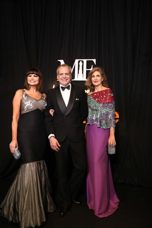 El diseñador Francisco Ayala, con dos de sus musas que lucieron sus vestidos Lucía Miranda y Susana Milano. Milano con un vestido de crepe de seda con brillantes Swarovski