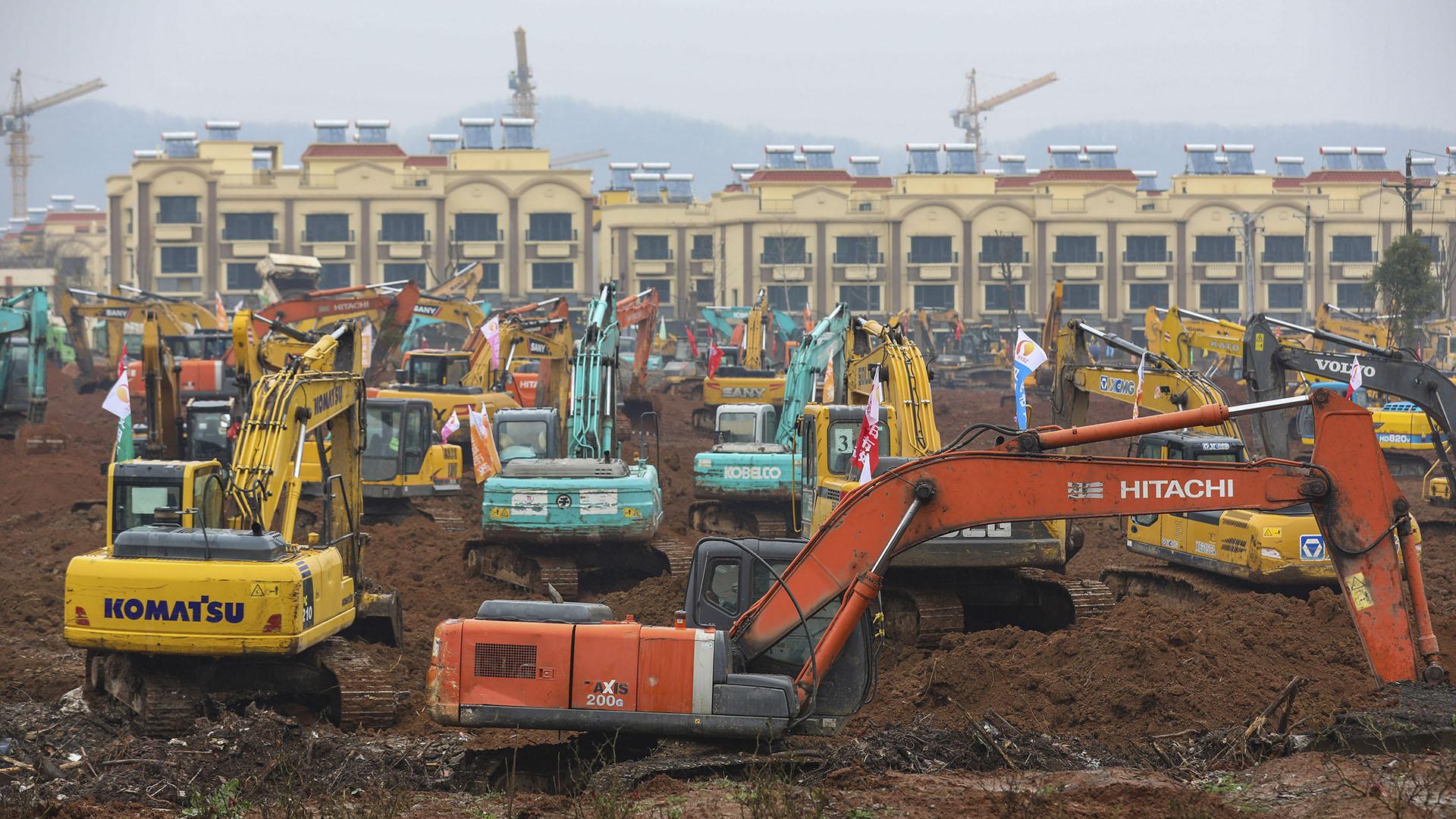 El equipo pesado está estacionado en el sitio de construcción de un hospital de campaña en Wuhan, en la provincia central china de Hubei, el viernes 24 de enero de 2020. (China Topix vía AP)