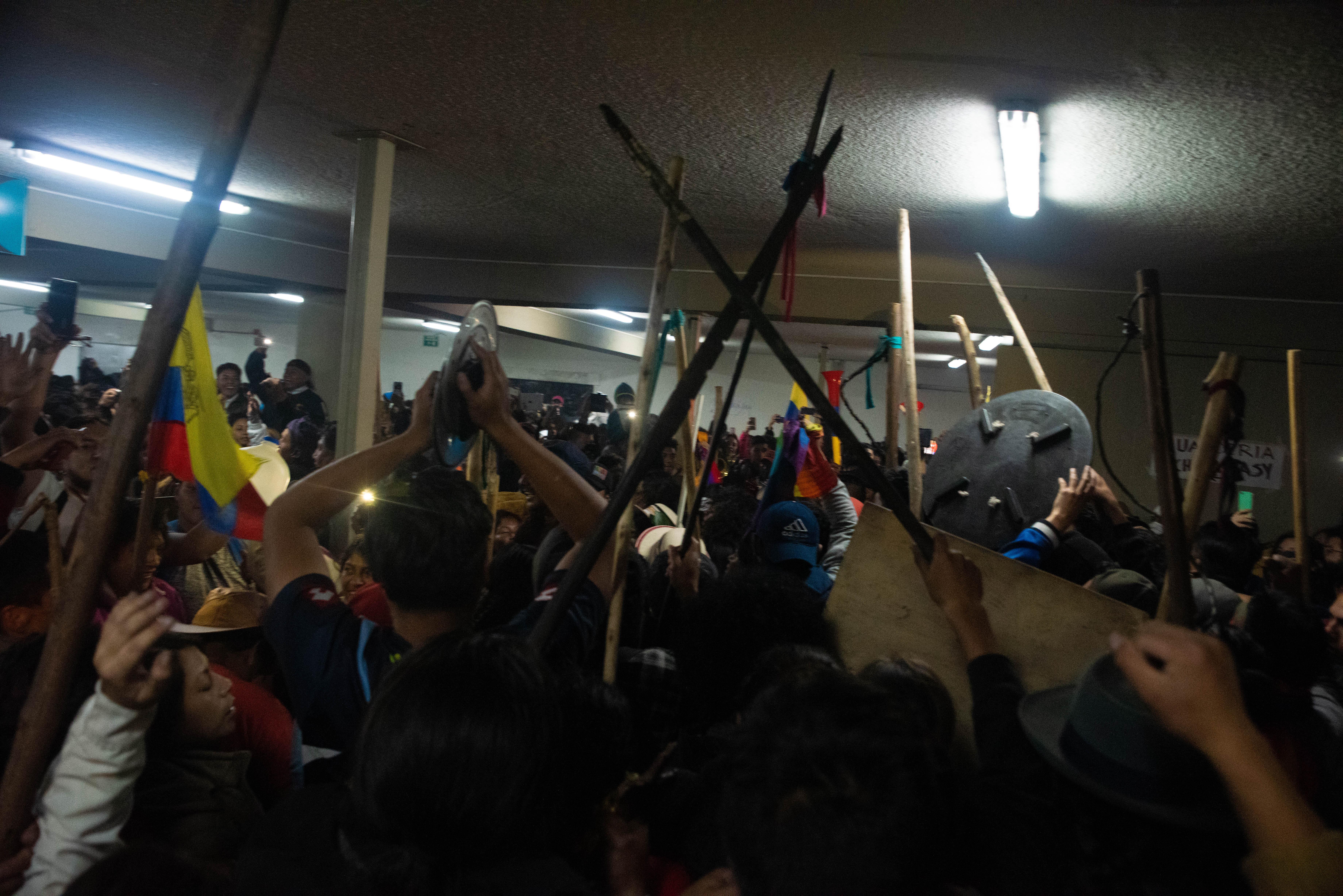 Los manifestantes de Coniea festejan el acuerdo con el presidente Lenín Moreno para que esté derogara el decreto 883 que eliminaba los subsidios a todos los combustibles.