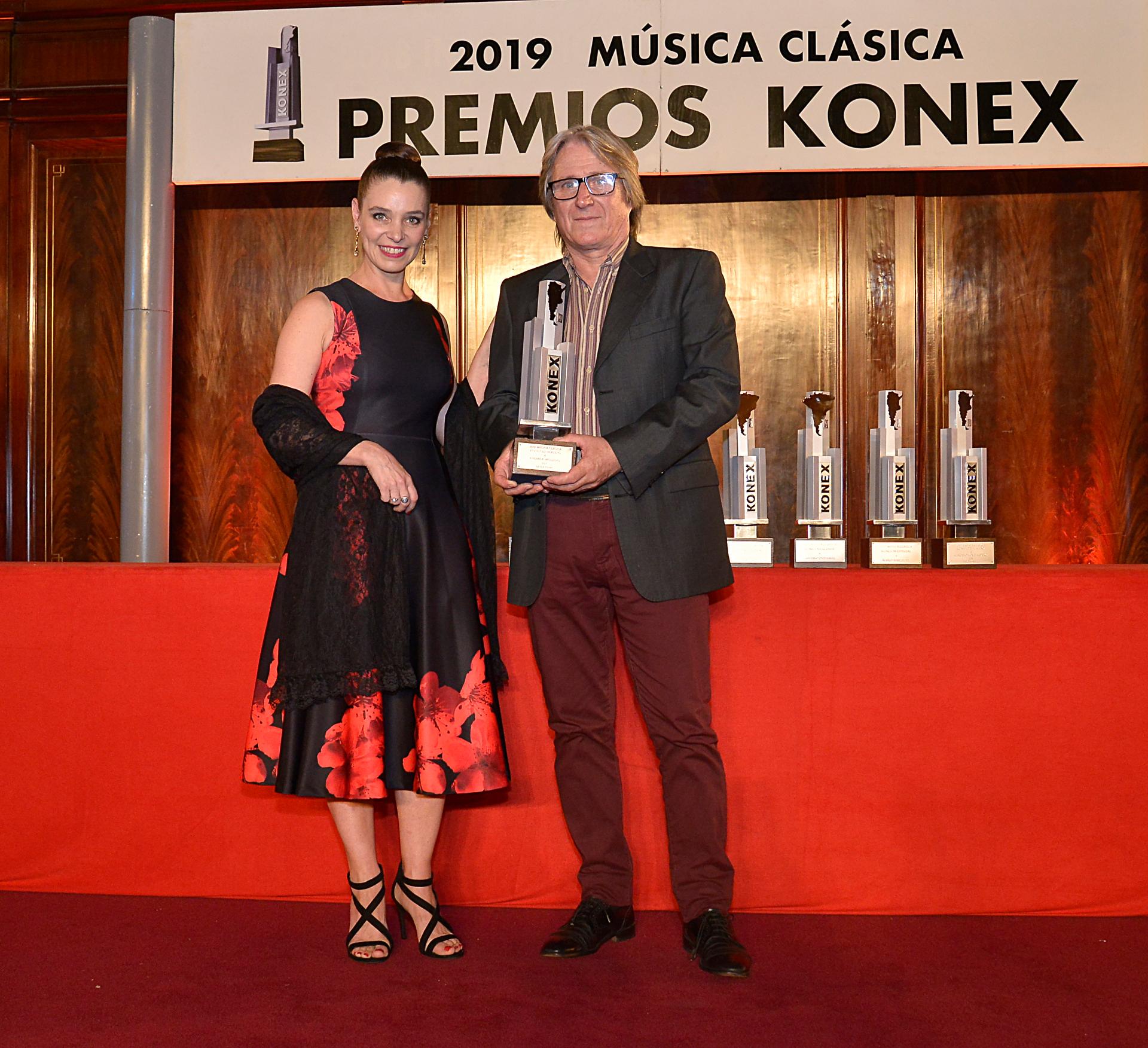 El padre de la bailarina Ludmila Pagliero con su premio en mano