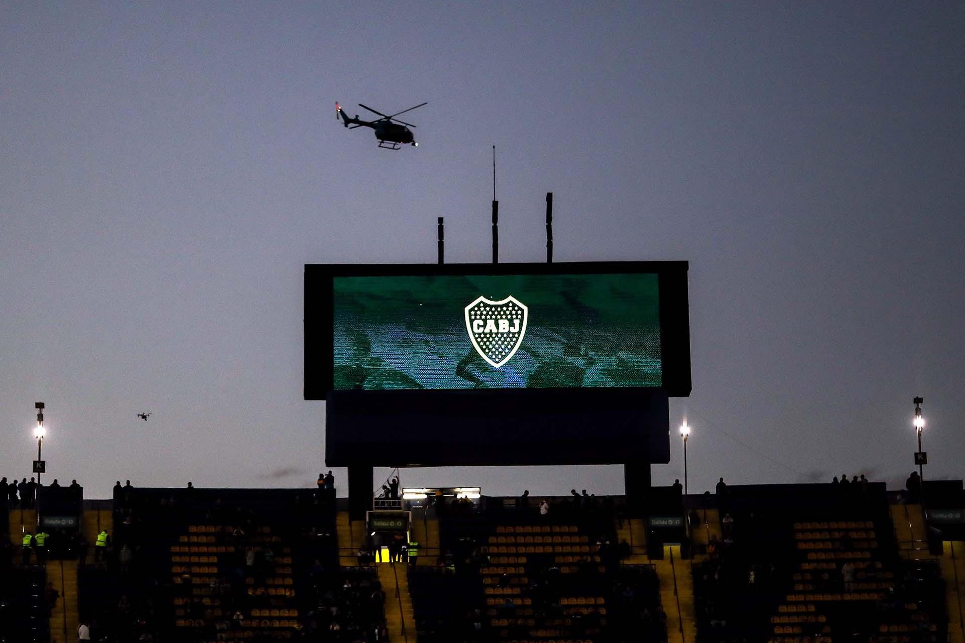 Con dos helicópteros sobrevolando el estadio, las fuerzas de seguridad desplegaron un súper operativo