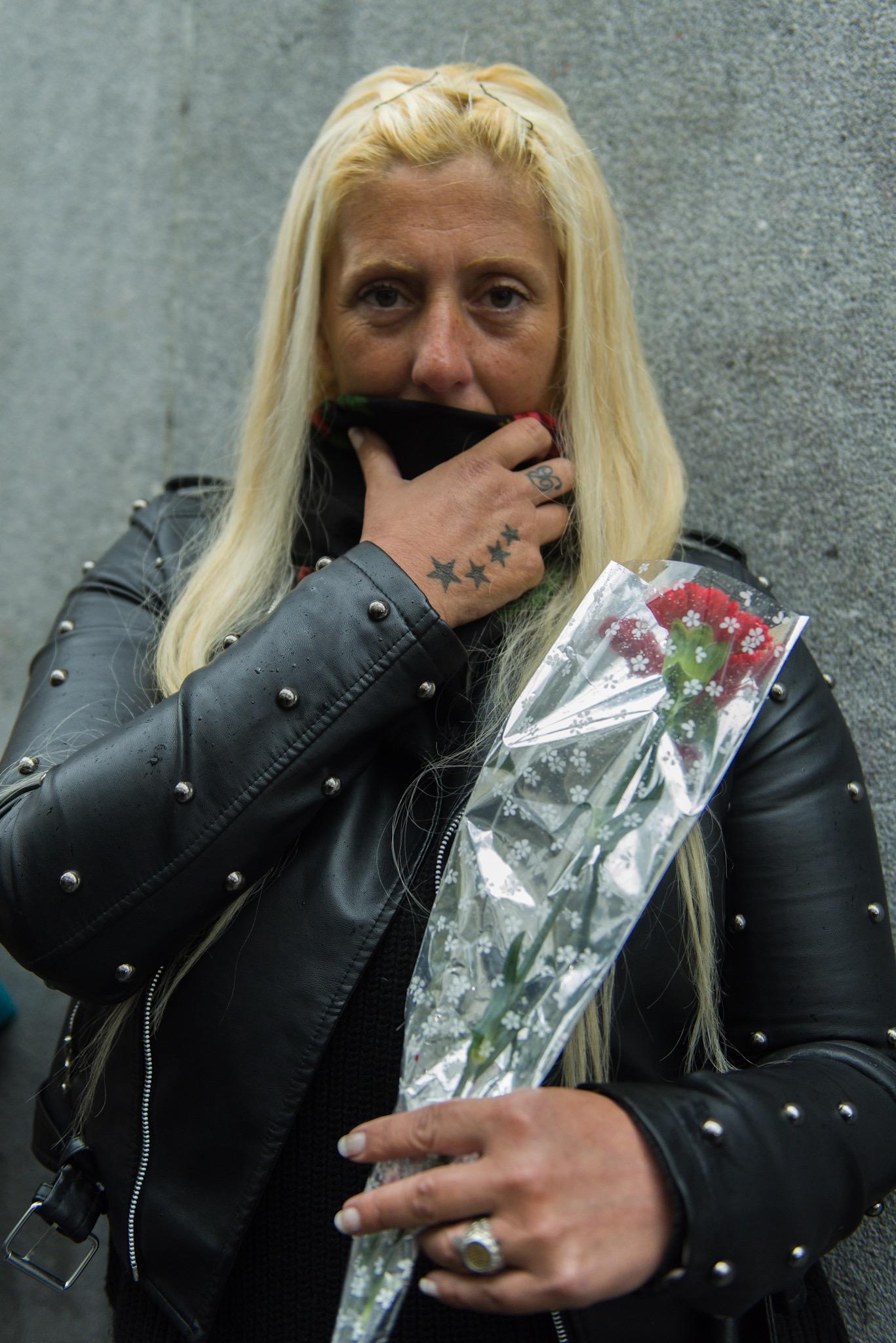 Una fanática lleva en su muñeca el mismo tatuaje que Cacho tenía en honor a su familia