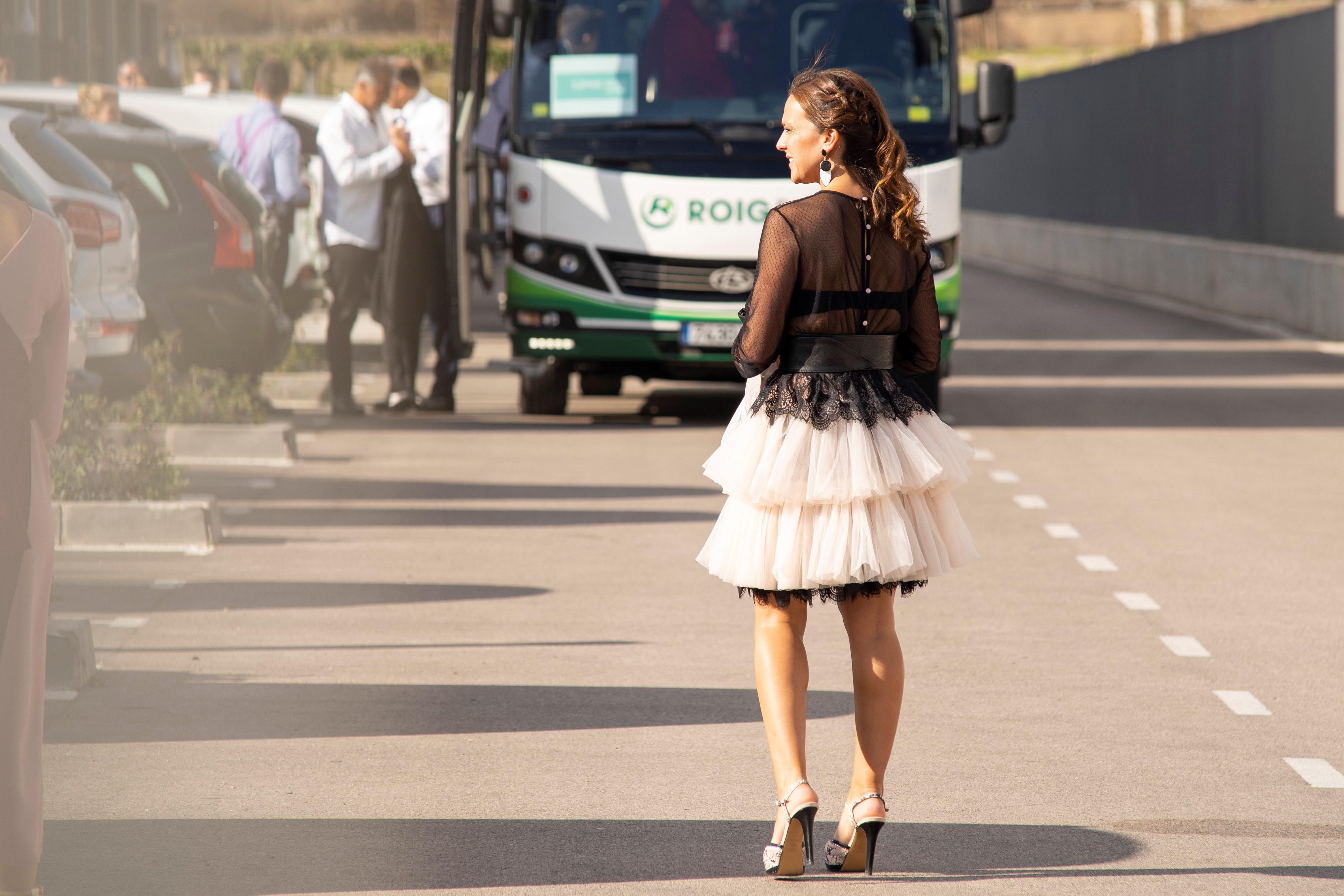 Los invitados a la boda de Rafa Nadal y Mery Perelló subieron a uno de los dos autobuses que los trasladó desde la Academia de Rafa Nadal, en Manacor al castillo EFE/ Ezequiel Ivan Espinar Riutort