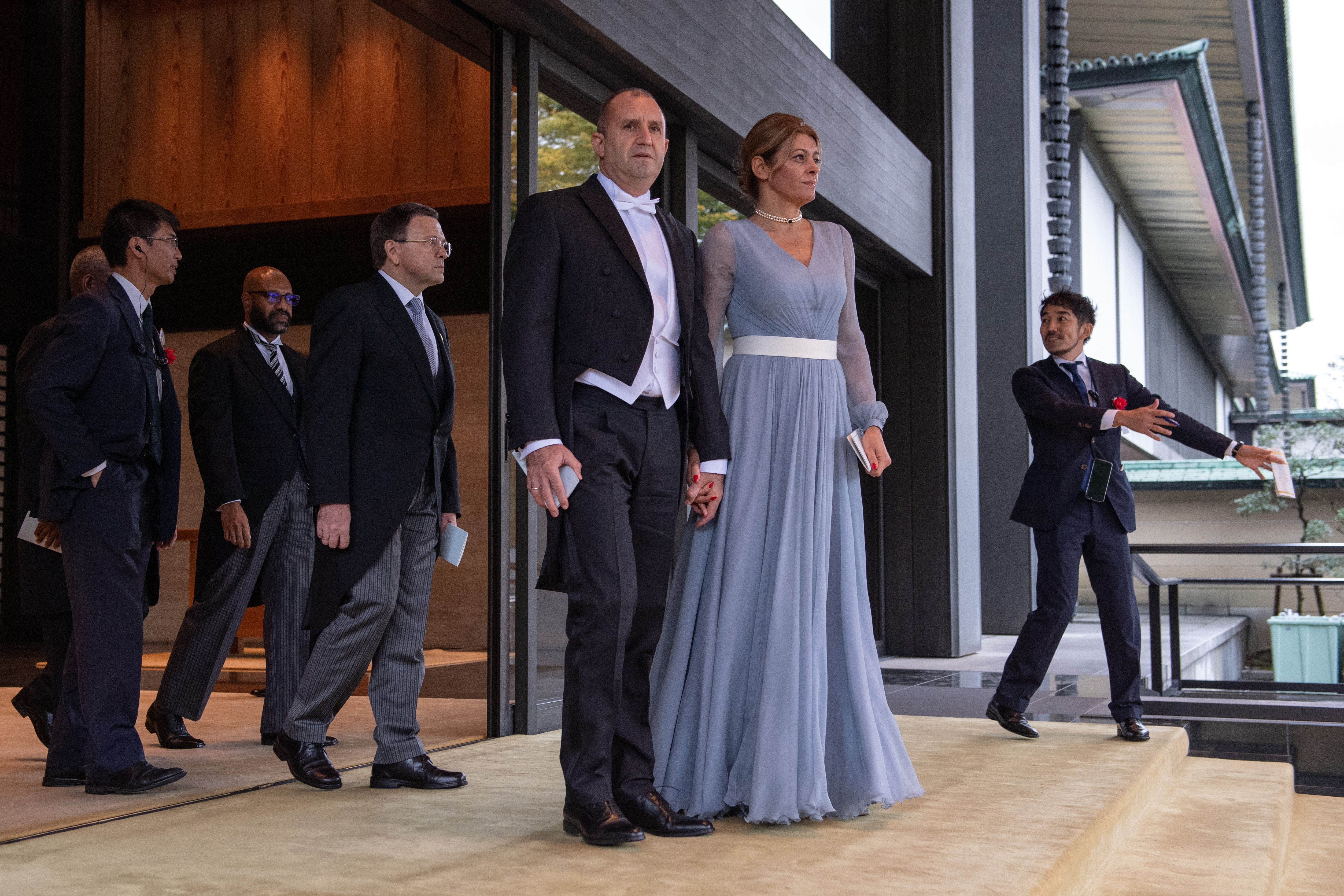El presidente de Bulgaria, Rumen Radev (centro) y su esposa Desislava Radeva se van después de la ceremonia de entronización del emperador japonés Naruhito en el Palacio Imperial (AFP)
