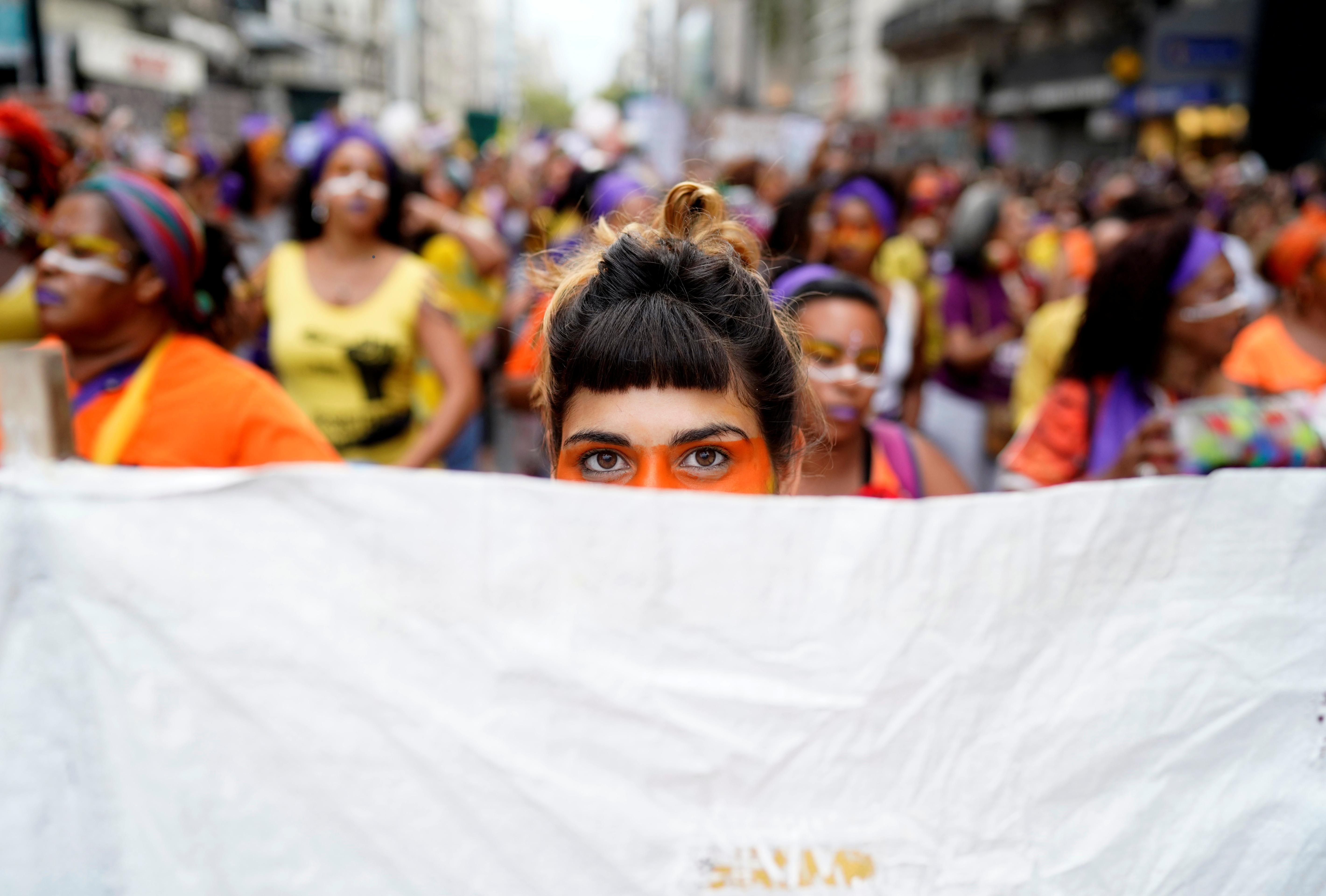 Las mujeres participan de la marcha en Uruguay. REUTERS/Deborah Elenter