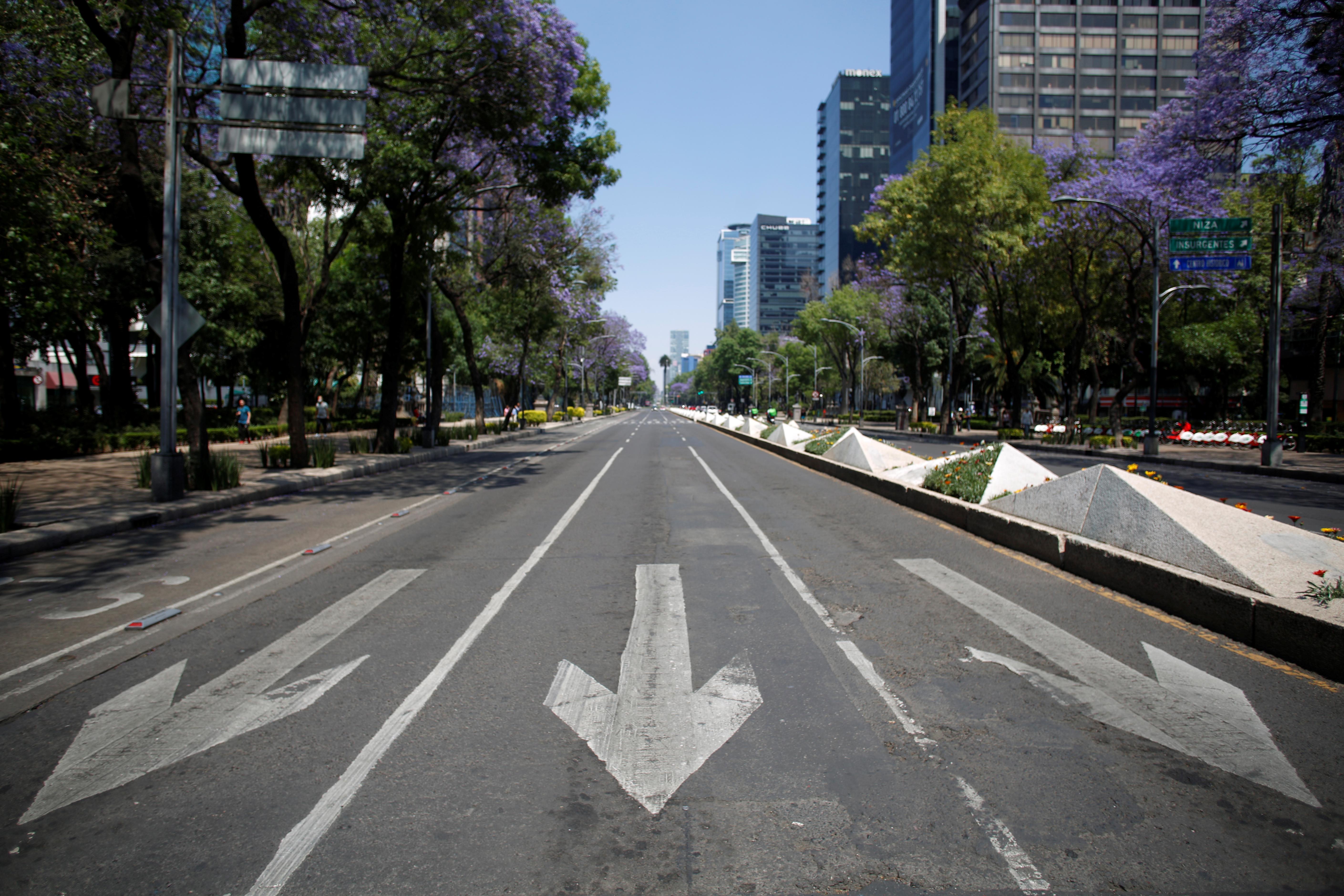 Una carretera vacía mientras continúa el brote de la enfermedad por coronavirus (COVID-19), en la Ciudad de México, México, 22 de marzo de 2020.