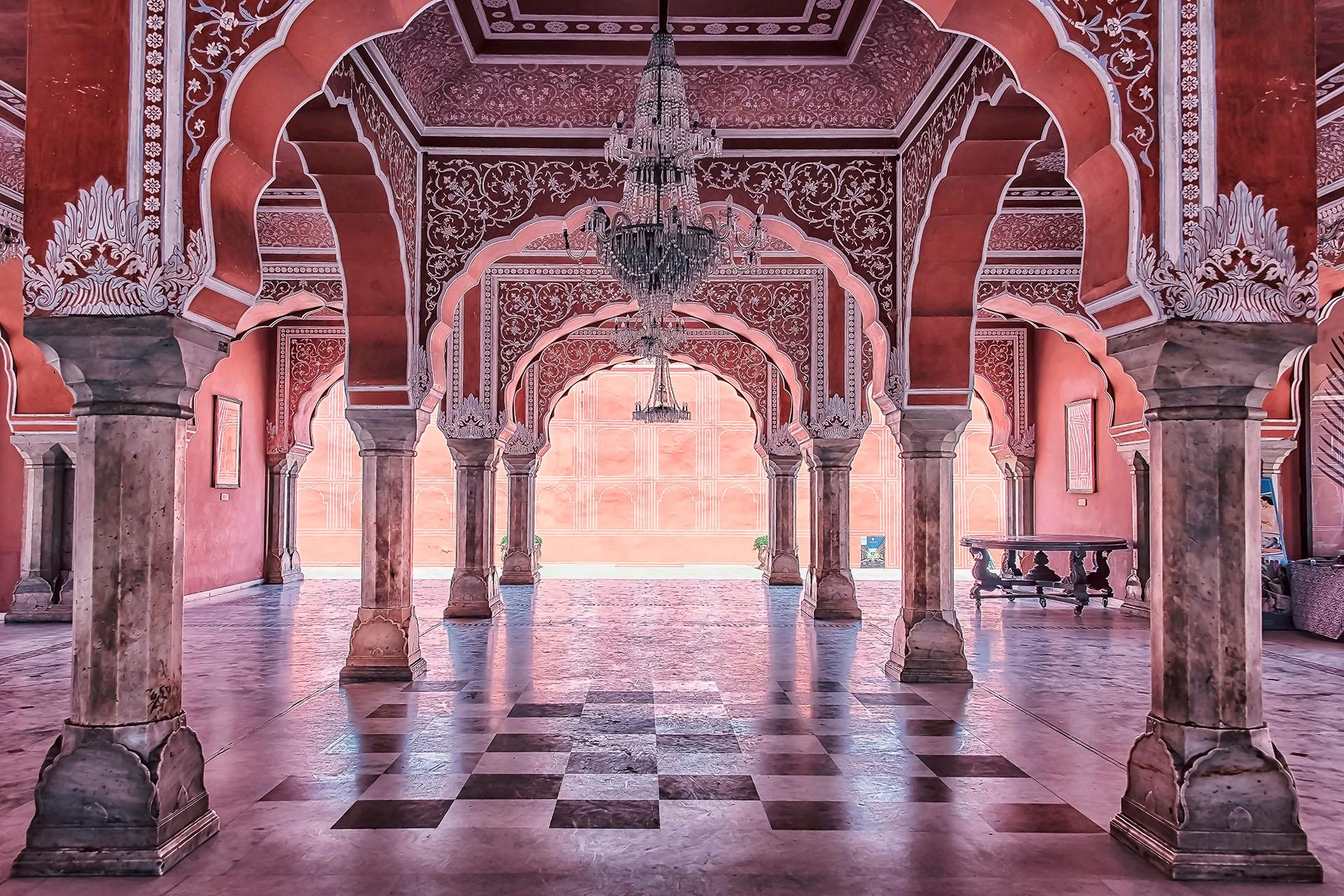 El palacio de Jaipur se sitúa en el centro de la ciudad, y se dice que el esquema de la construcción es similar al esquema o plano de la misma ciudad