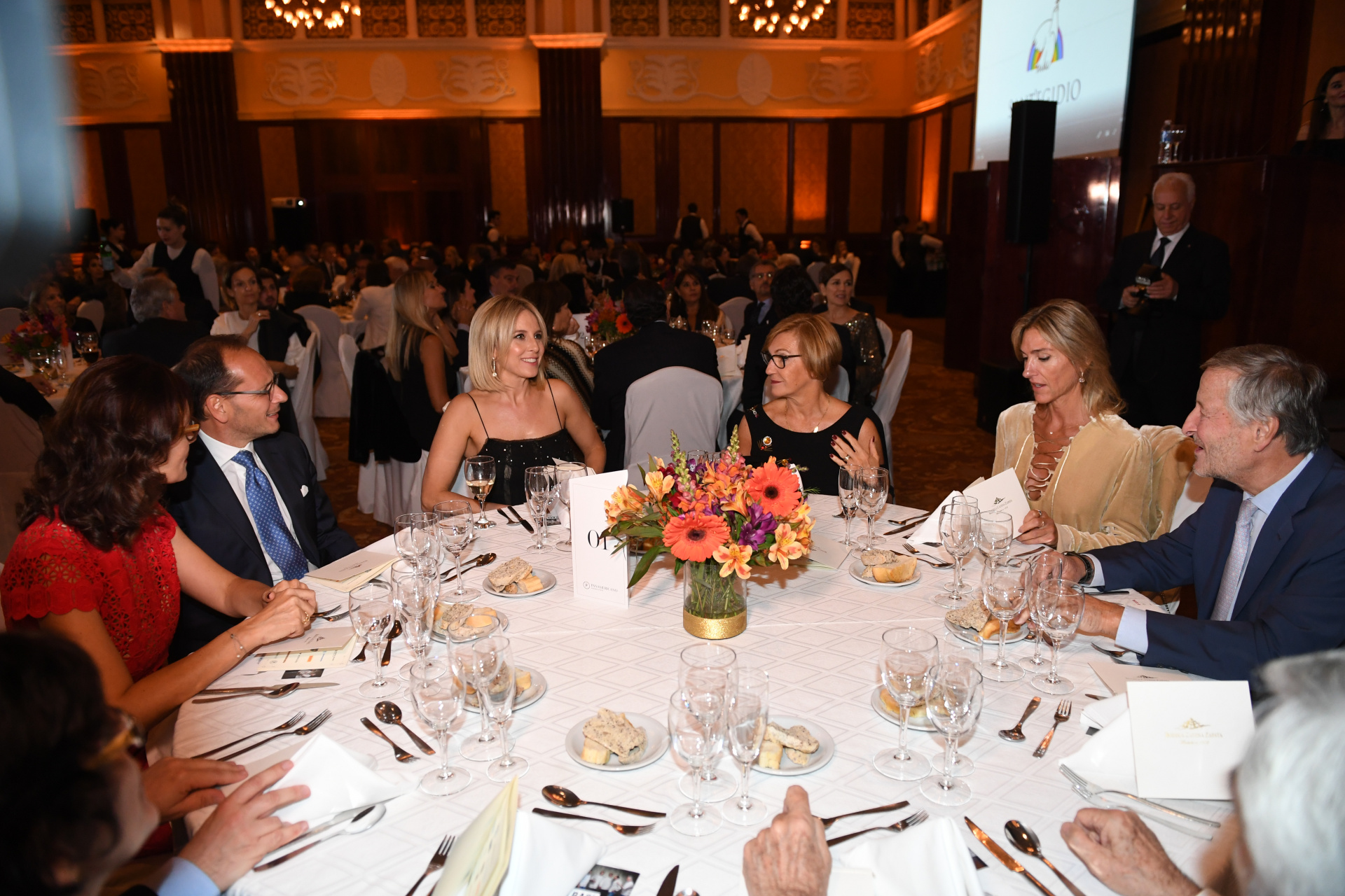 El embajador Giuseppe Manzo junto a su mujer, Alma; Carla Peterson, Gabriela Castellani y Cristiano Rattazzi en la mesa principal