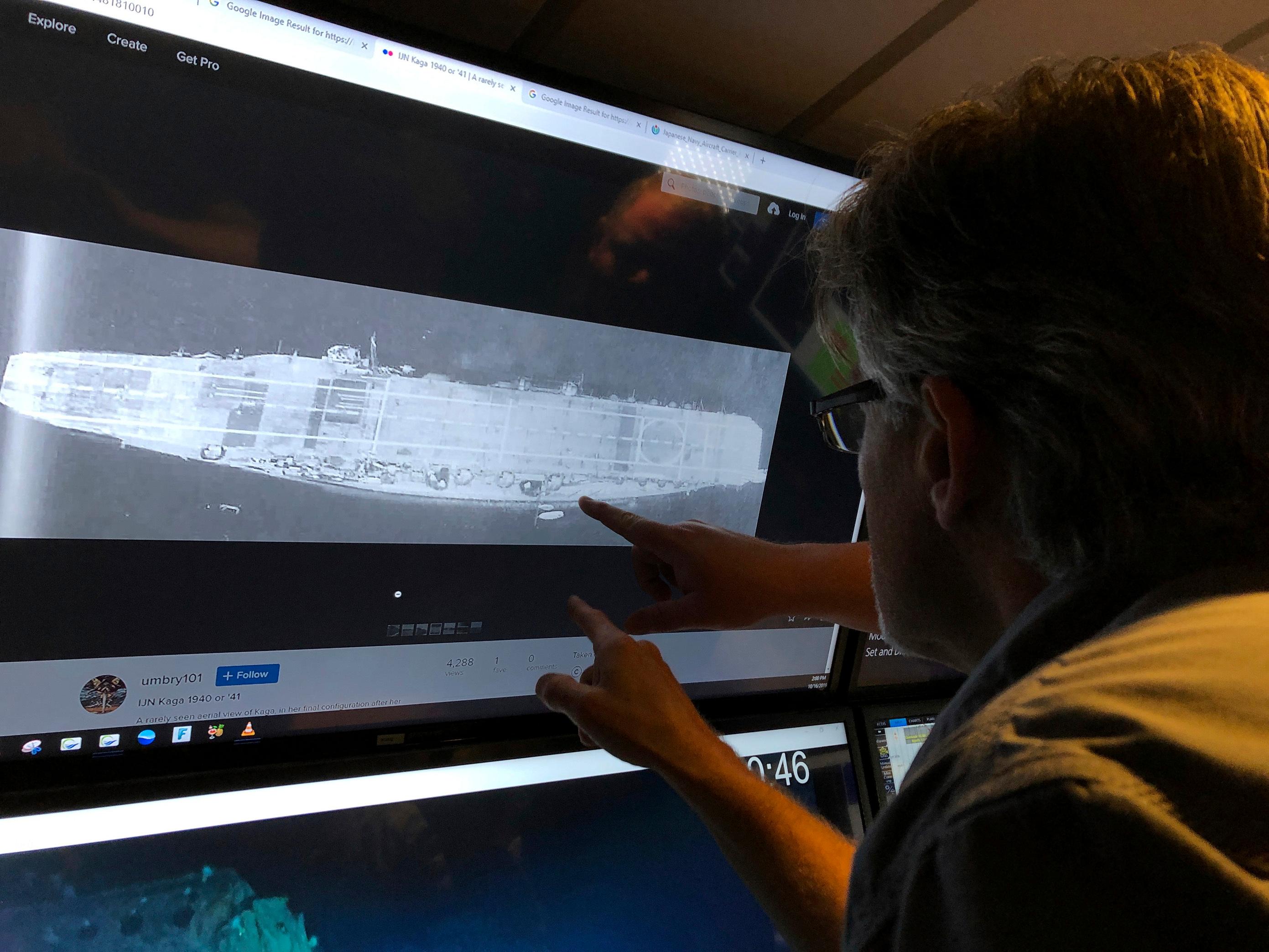 Rob Kraft, director de operaciones submarinas en Vulcan Inc., revisa los escaneos de sonar de un portaaviones japonés (AP / Caleb Jones)