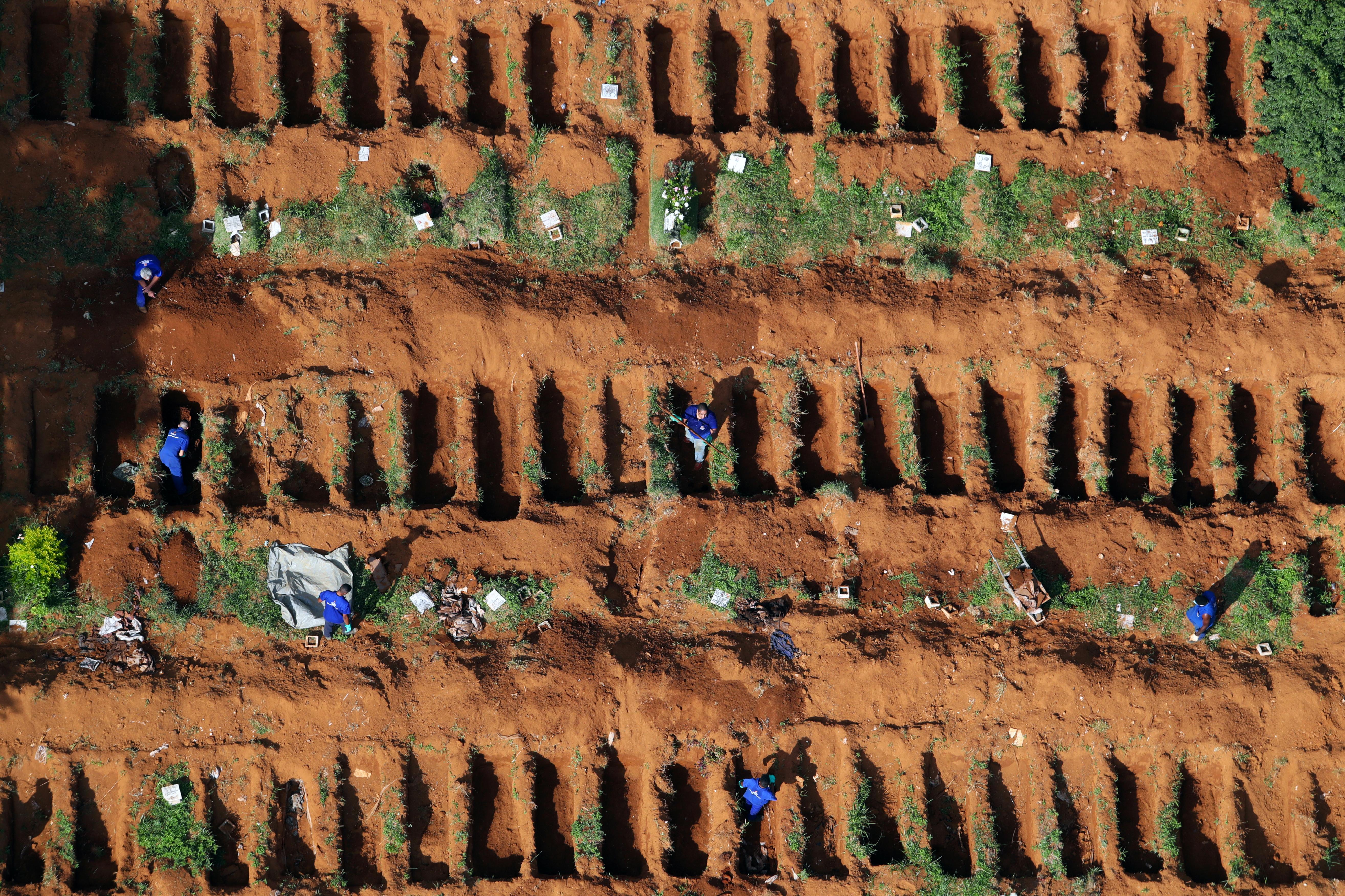 Vista aérea de las nuevas excavaciones en Vila Formosa, San Pablo. Allí, la gobernación ordenó nuevas tumbas para hacer frente al aumento de muertos por coronavirus (Reuters)