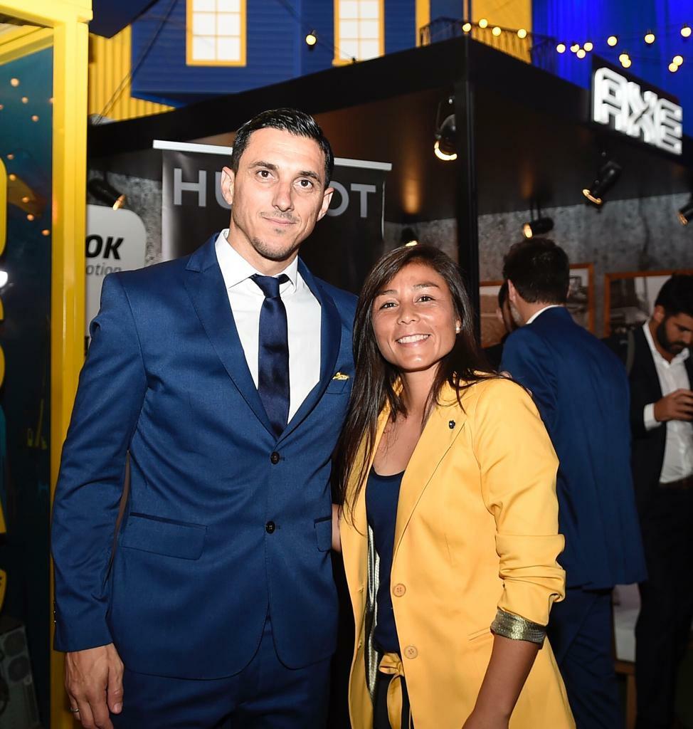 Nicolás Burdisso, manager de Boca, estuvo presente en la Cena Anual Solidaria. A su lado, Fabiana Vallejos, volante del conjunto femenino (@BocaJrsOficial)