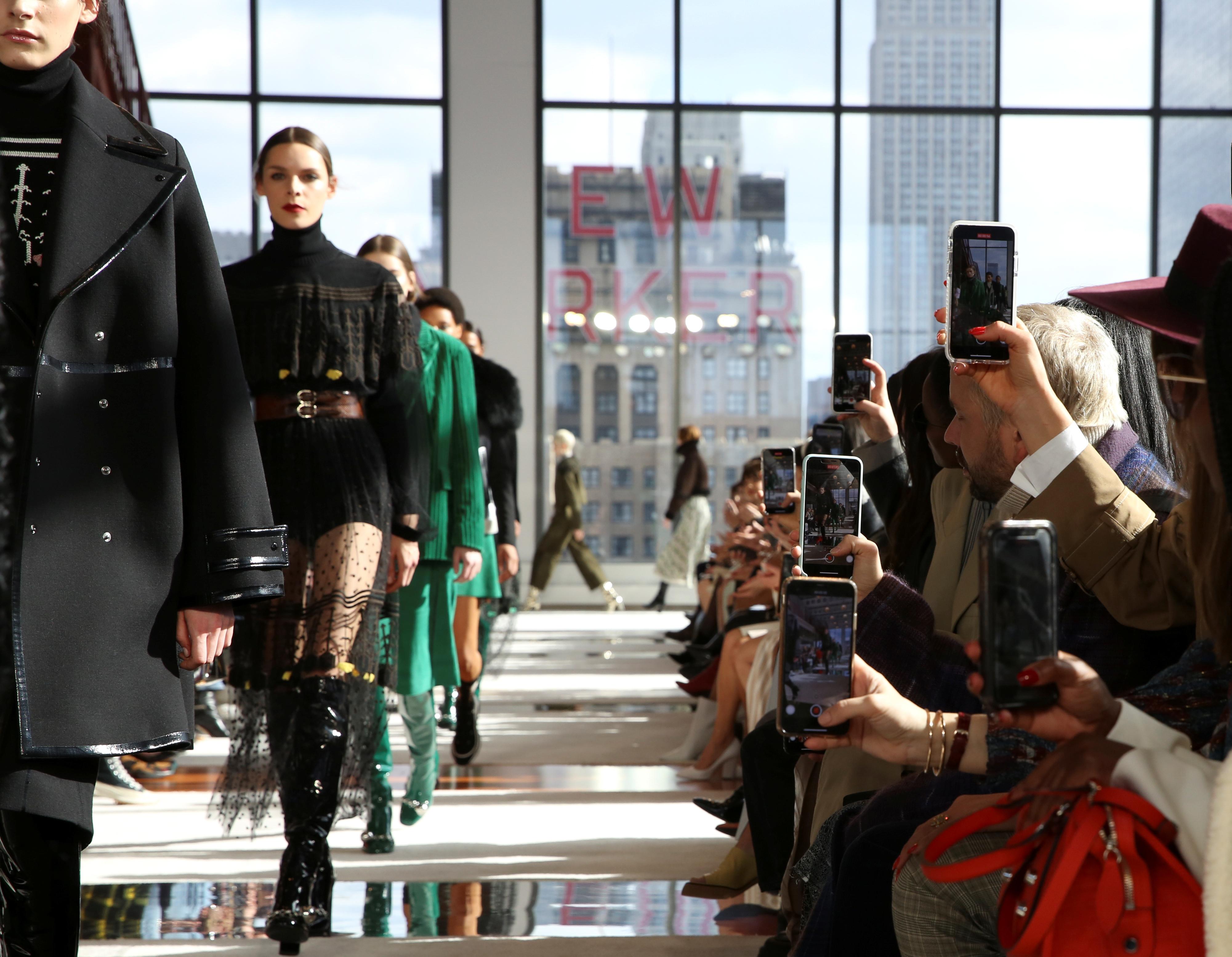 La locación para el desfile de Longchamp fue en un piso 25 de un rascacielos de Manhattan. Ahí la colección de la firma francesa presentó diseños de bolsos, indumentaria y calzado