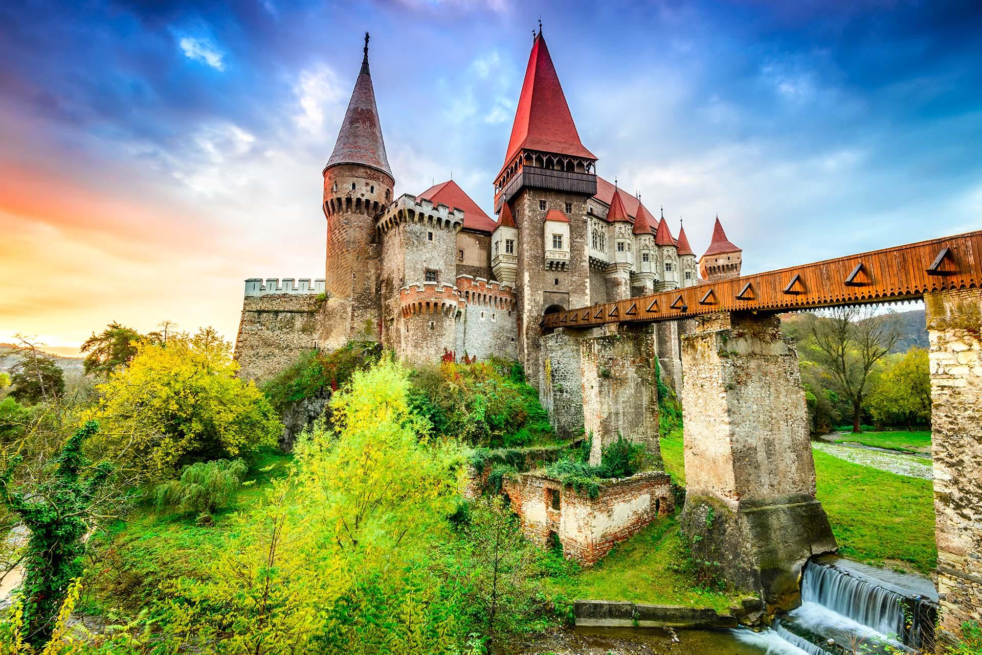 Los valles boscosos de Transilvania y los castillos góticos están siempre incrustados en la imaginación popular. Incluso antes de llegar, la mayoría de los visitantes pueden imaginarse esta tierra de oscuros cuentos de hadas, donde la niebla cubre como telarañas los Montes Cárpatos