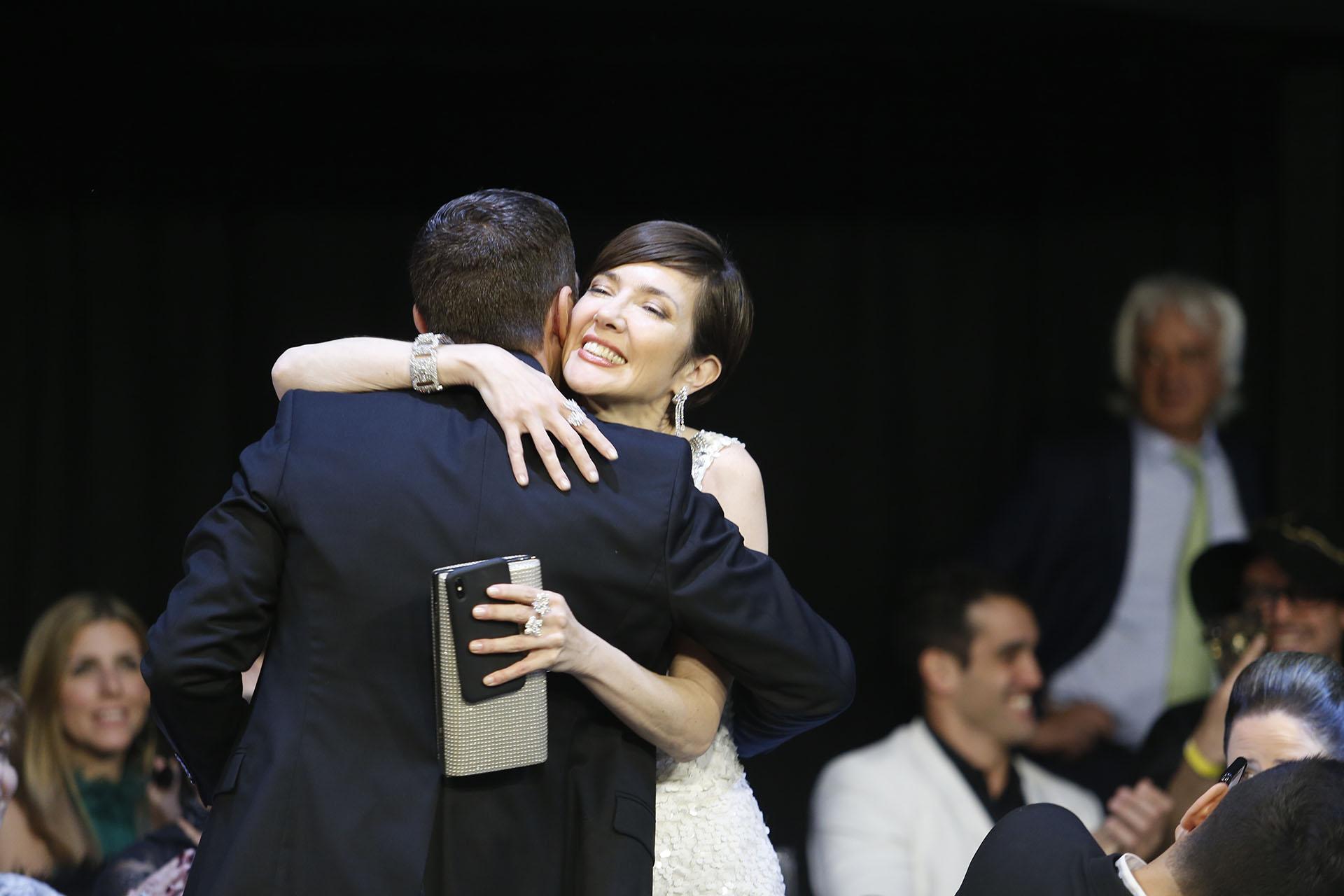El abrazo con Rodolfo Barili, la pareja