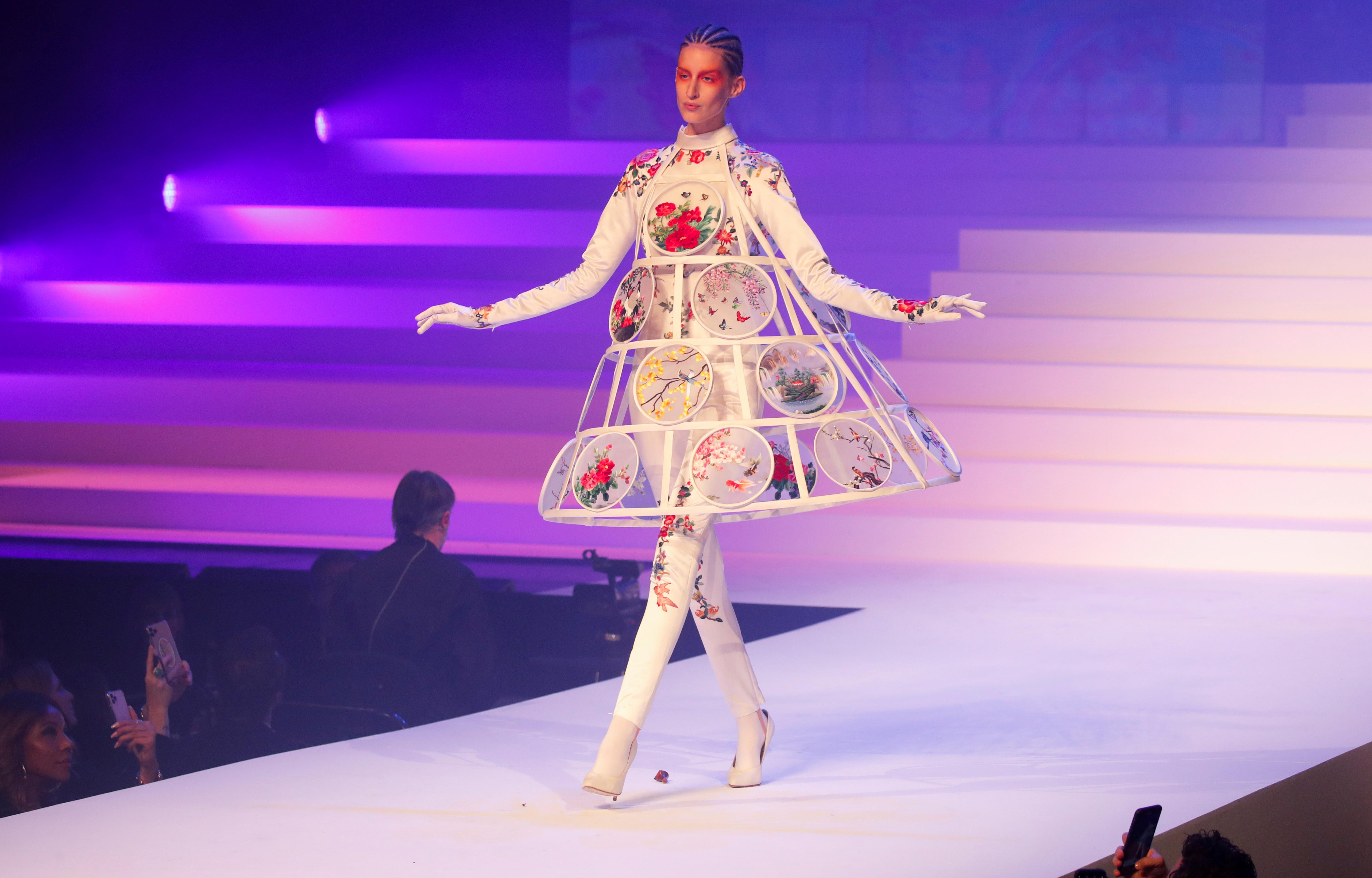 Flores y el armazón de la falda. Un ícono de Jean Paul Gaultier. Uno de los diseños elegidos para presentar en el desfile de cierre de carrera del modisto francés tras 50 años en la moda