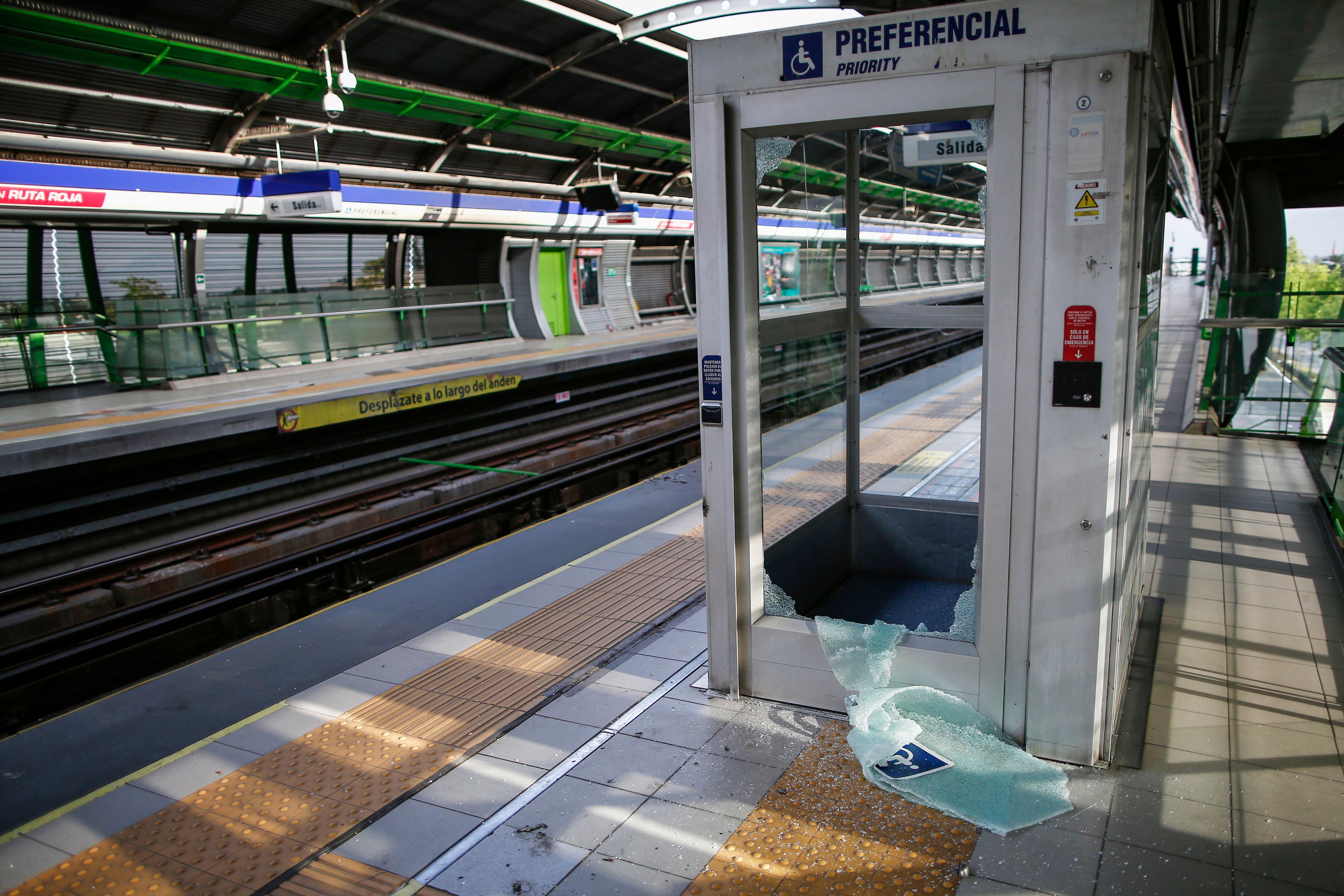 El presidente del directorio de Metro, Louis De Grange, indicó que los manifestantes ocasionaron daños en el subterráneo por 400 a 500 millones de pesos, entre 558.000 y 698.000 dólares, un balance que podría ser actualizado sustancialmente