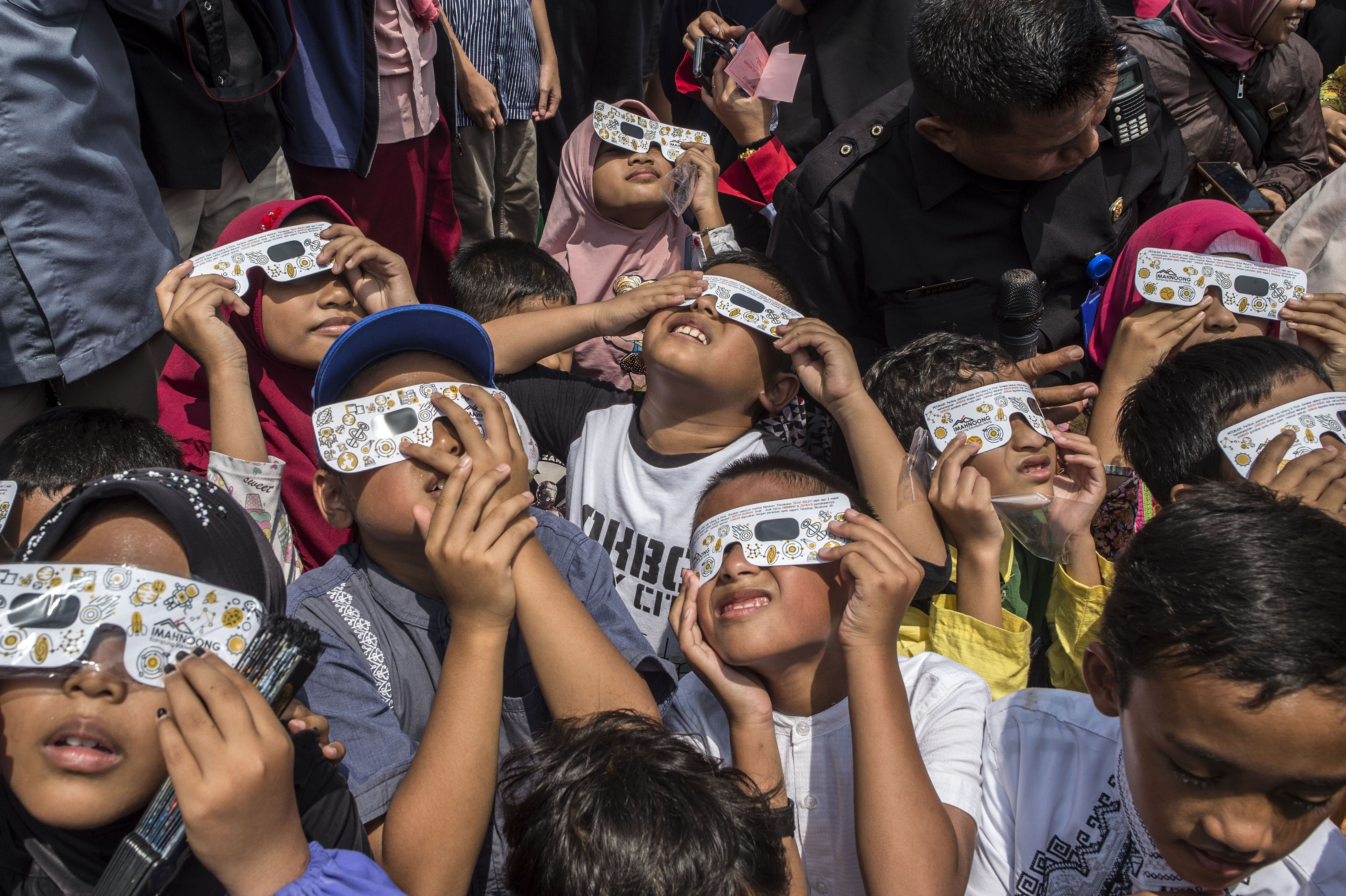 Children watch the eclipse.