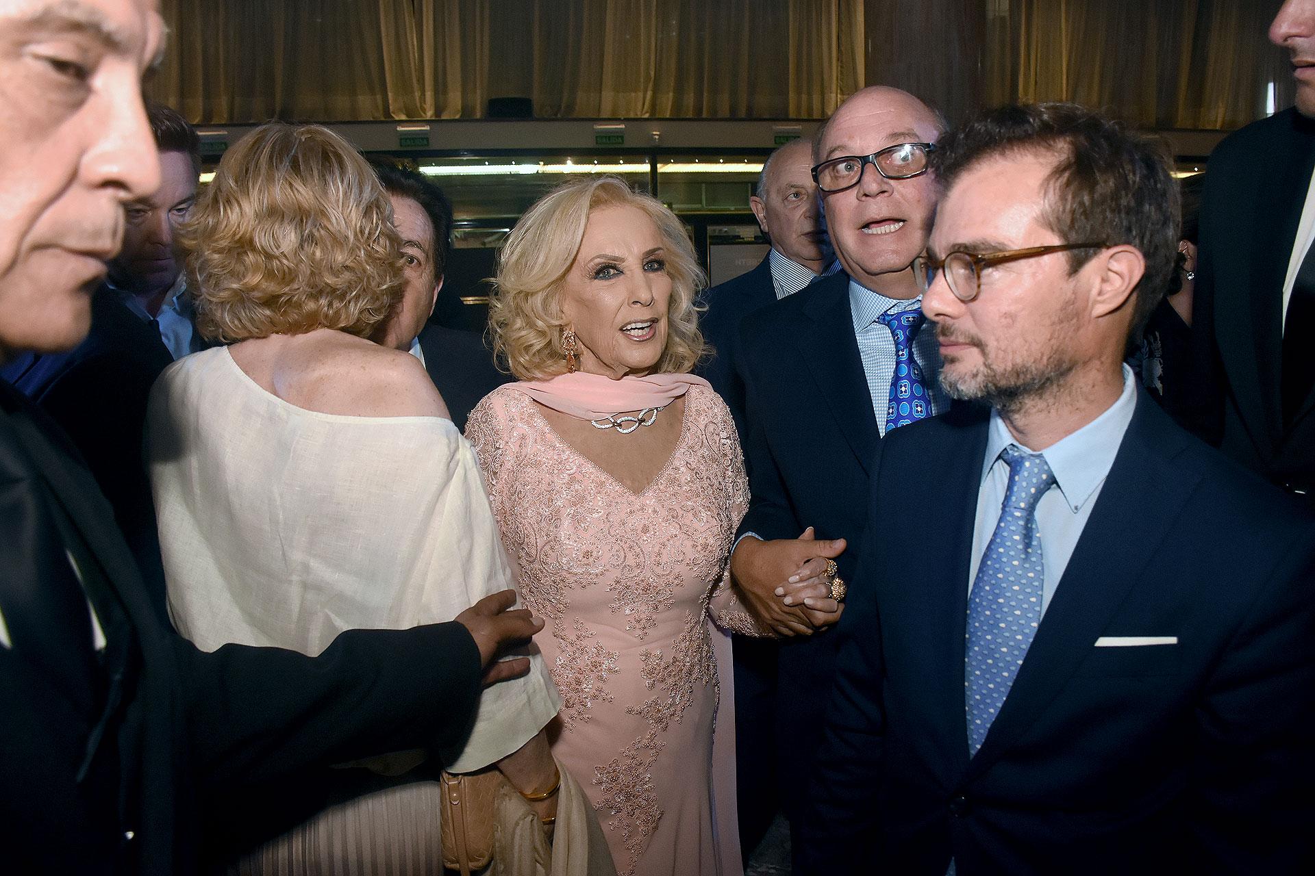 Mirtha Legrand y Martín Cabrales junto al ministro de Cultura porteño, Enrique Avogadro
