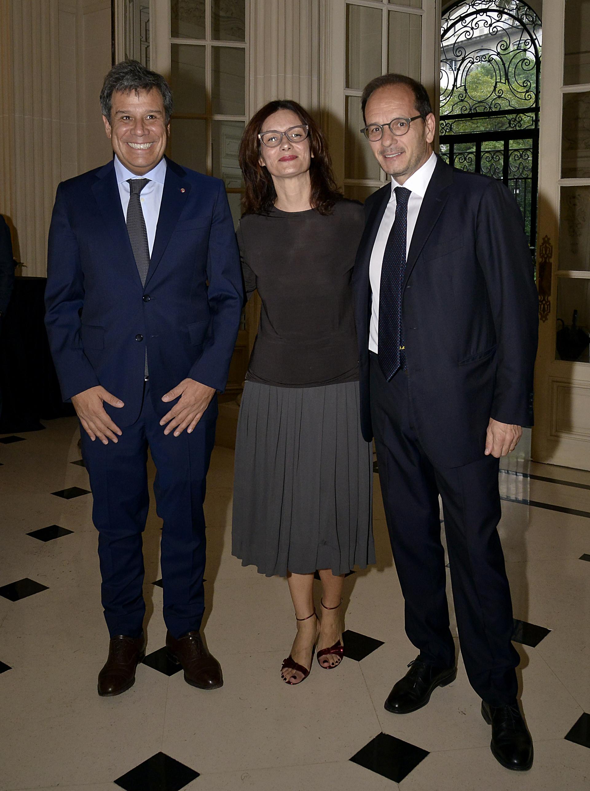 Facundo Manes junto al embajador de Italia en la Argentina, Giuseppe Manzo, y su mujer Alma. La charla de Facundo Manes se brindó en el marco del programa