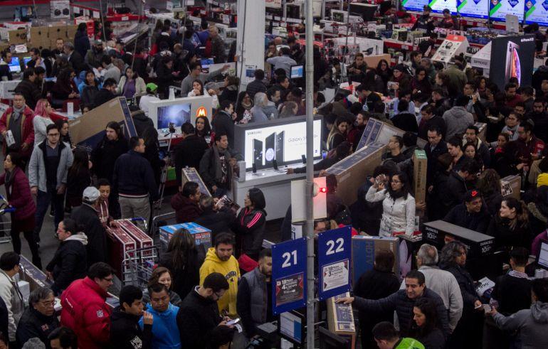 Muchas tiendas dan descuentos anticipados al Buen Fin, por lo que la gente abarrota las tiendas para aprovecharlos (Foto: Cuartoscuro)