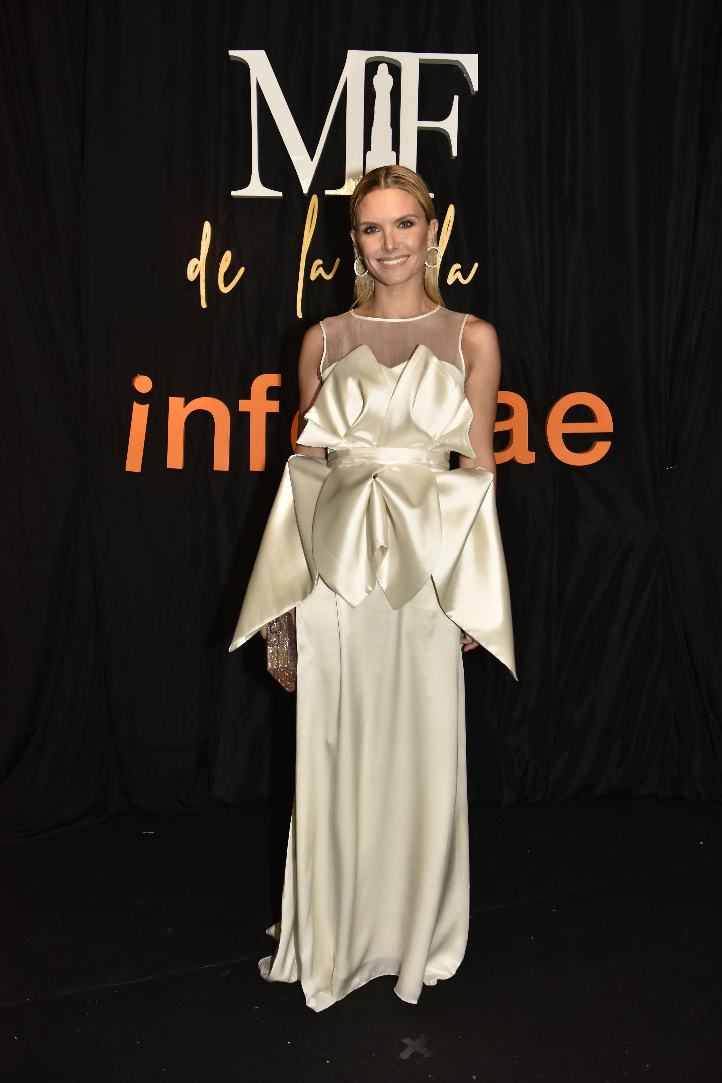 La modelo Sofía Zámolo con un vestido blanco de Zitta , accesorios y un clutch con detalles que acompañan a la perfección el look