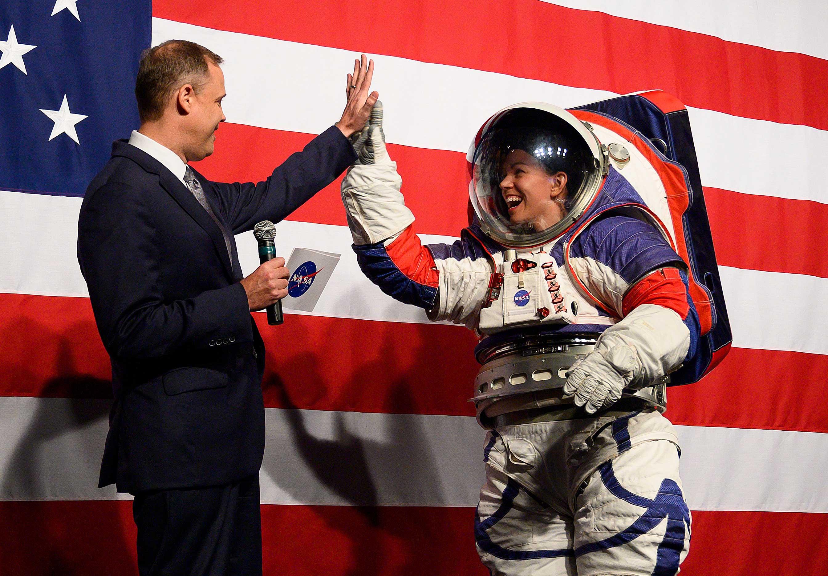 """Se trata de dos tipos de traje: uno para caminar en la Luna, blanco con banderas azules y rojas, llamado """"xEMU"""" (acrónimo en inglés de la Unidad móvil de exploración extravehicular)"""