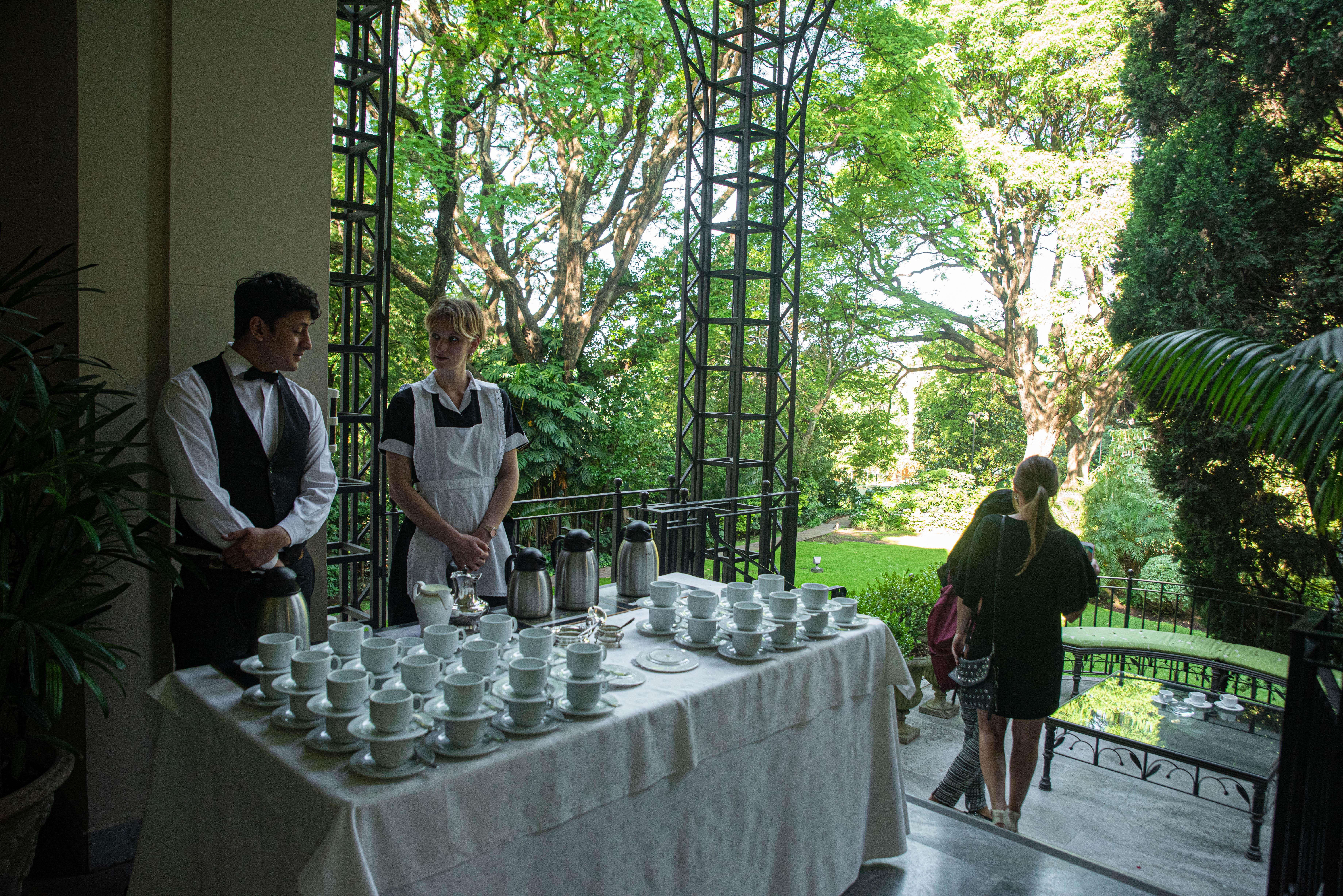 La cálida y soleada tarde invitaba a recorrer el fabuloso jardín de la Residencia británica, mientras se disfrutaba de una exquisita taza de té