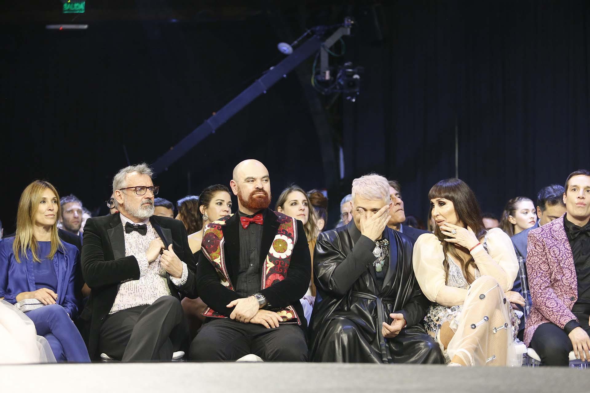 Benito Fernández, su novio Zeus y Moria rodeada de sus colaboradores. En esa fila nadie dejó de comentar lo que ocurría arriba y abajo del escenario