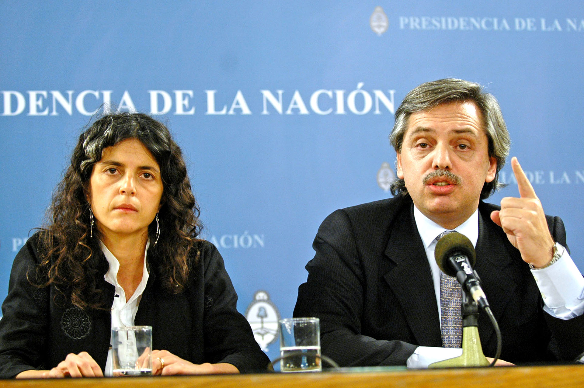 El 11 de julio de 2007 respaldó en conferencia de prensa a la secretaria de Medio Ambiente, Romina Picolotti, sospechada de