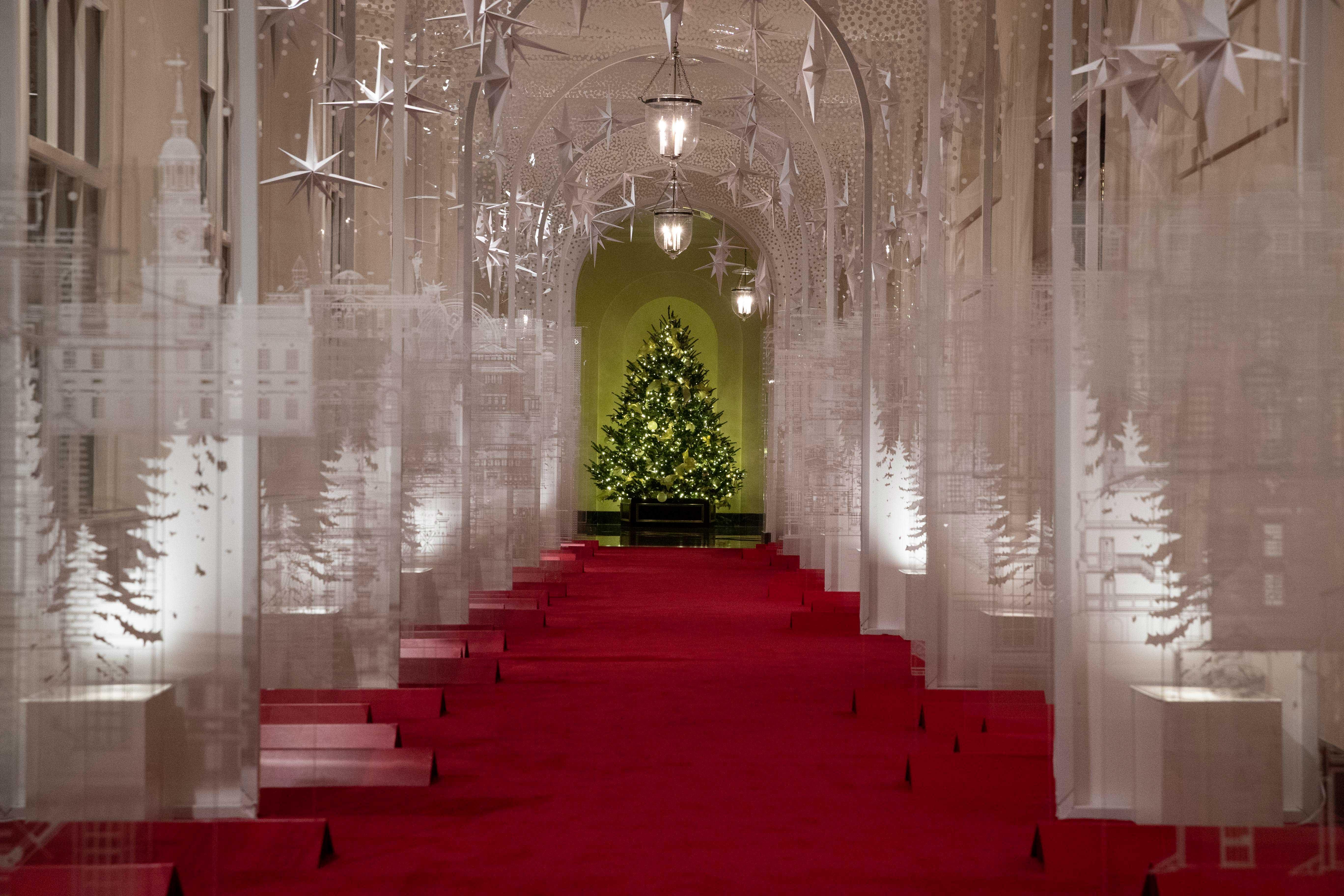 La Casa Blanca espera albergar 100 casas abiertas y más de 30,000 invitados que recorrerán los árboles de topiario, los modelos arquitectónicos de las principales ciudades de EE. UU., El árbol genealógico Gold Star y los monumentos nacionales en pan de jengibre (AP)