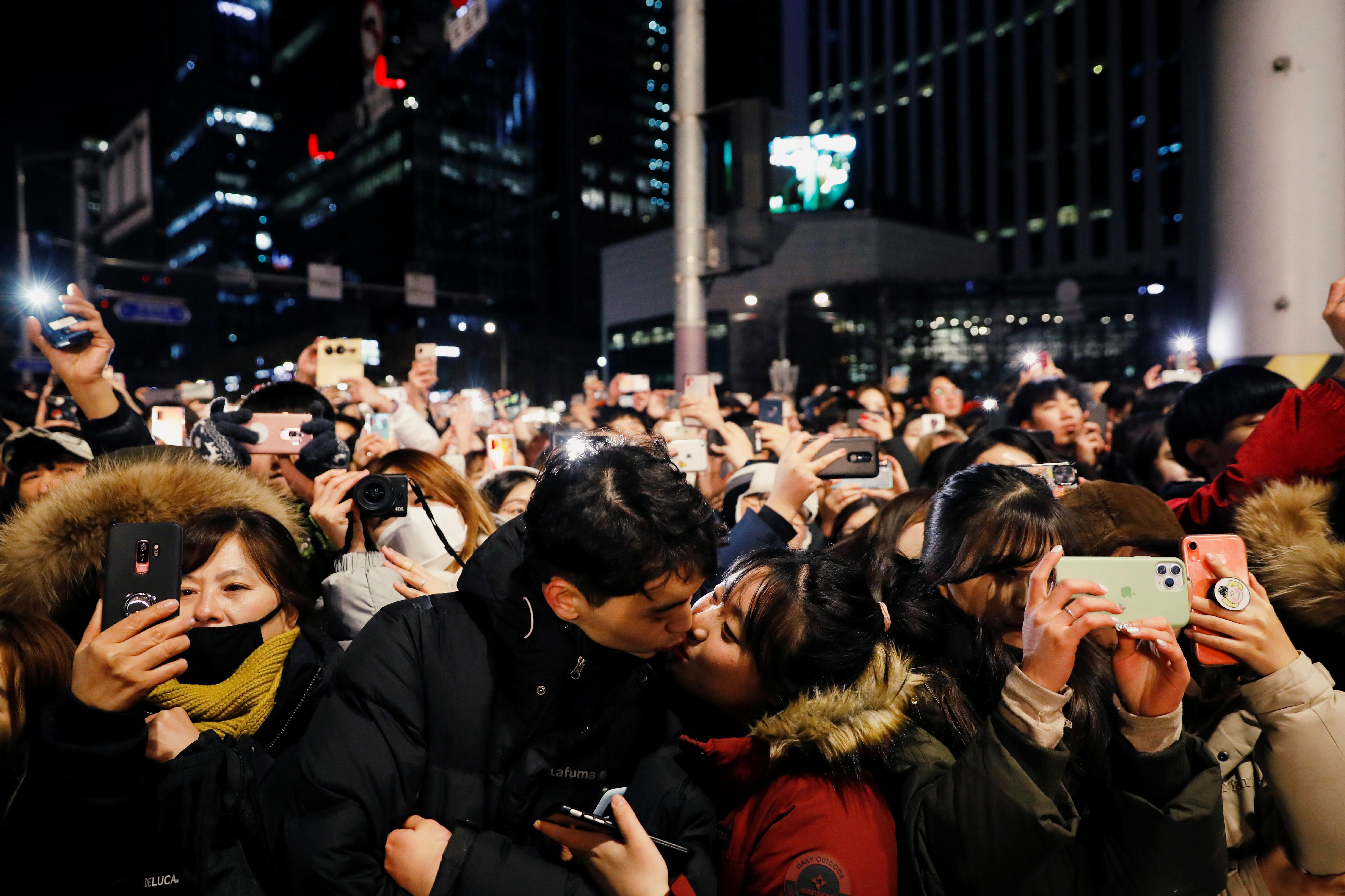 Una pareja se besa para celebrar el año nuevo en las calles de Seúl
