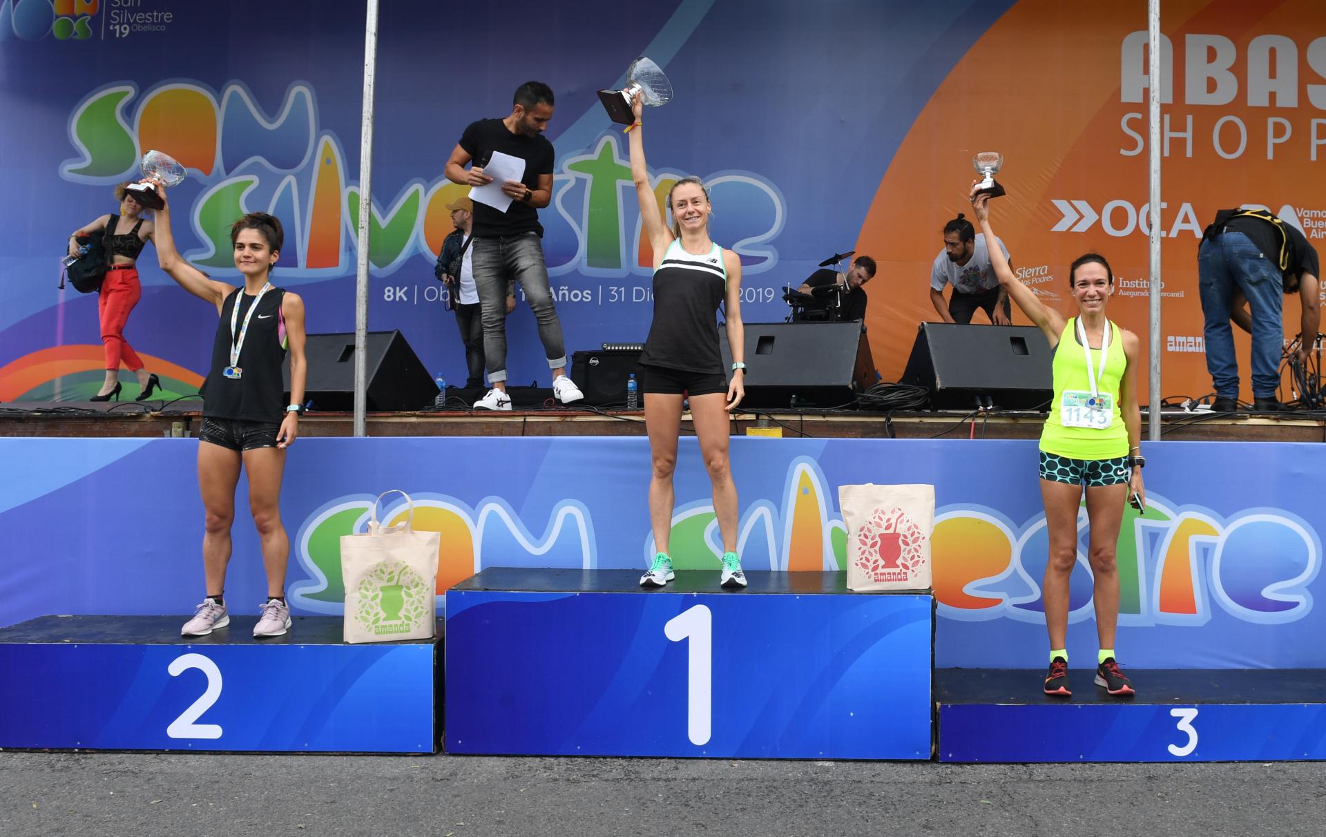Chiara Mainetti (primera), Laura Vedia (segunda), Emilia Picciola (tercera) en el podio (Maximiliano Luna)