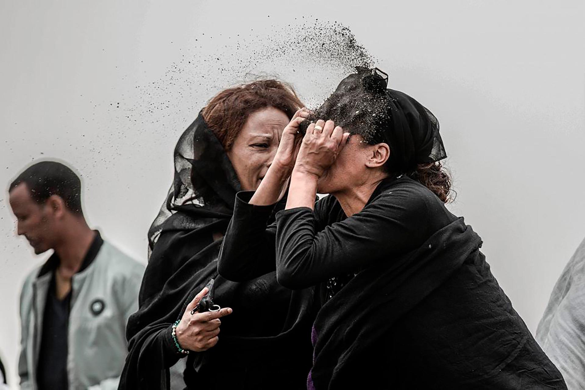 Un familiar llora a una víctima del accidente ET 302 (Mulugeta Ayene para Associated Press)