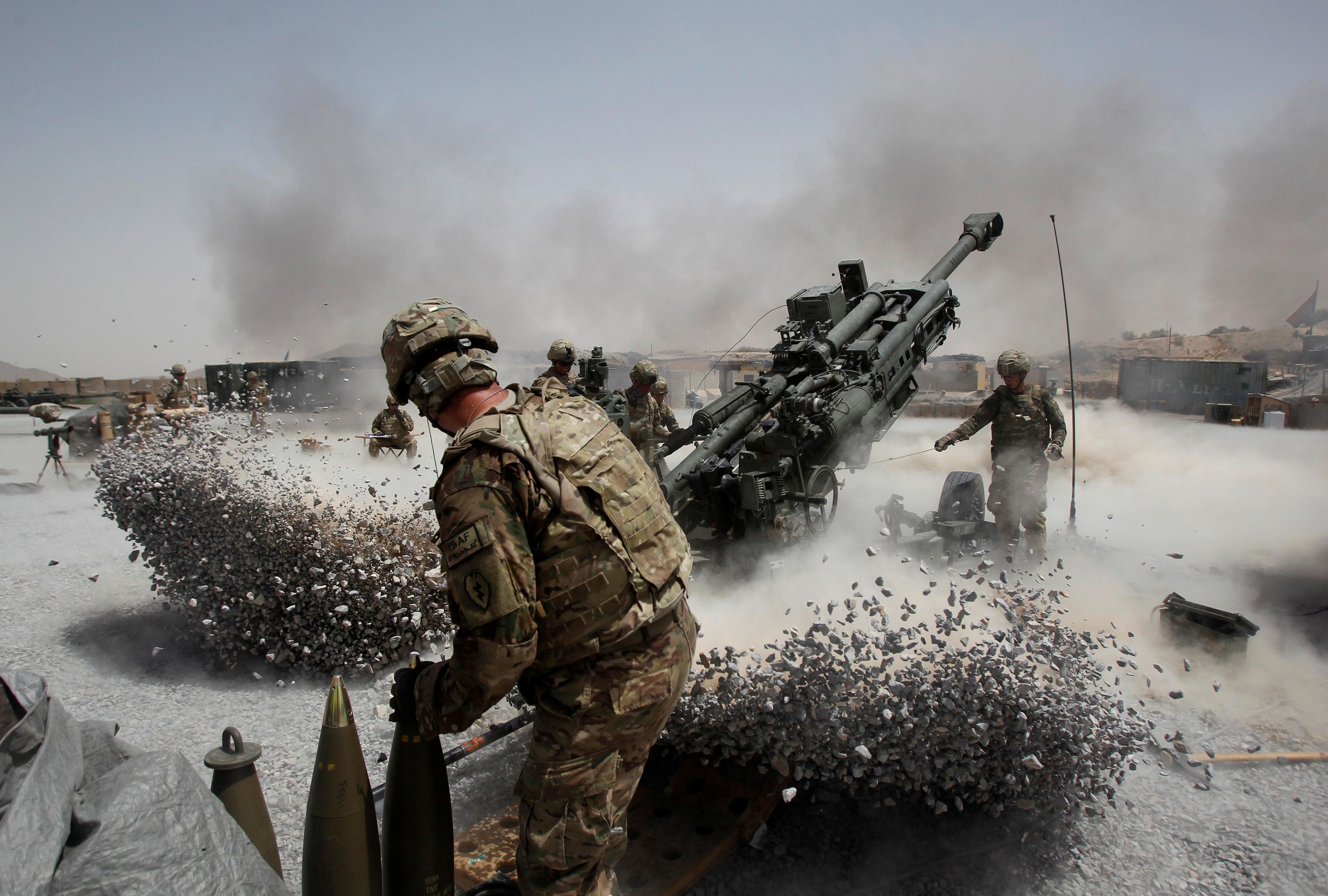 Soldados del Ejército de EE.UU. del 2º Pelotón, batería B 2-8 de artillería de campo, disparan una pieza de artillería en el distrito de Panjwai, provincia de Kandahar, sur de Afganistán, el 12 de junio de 2011 (Reuters)