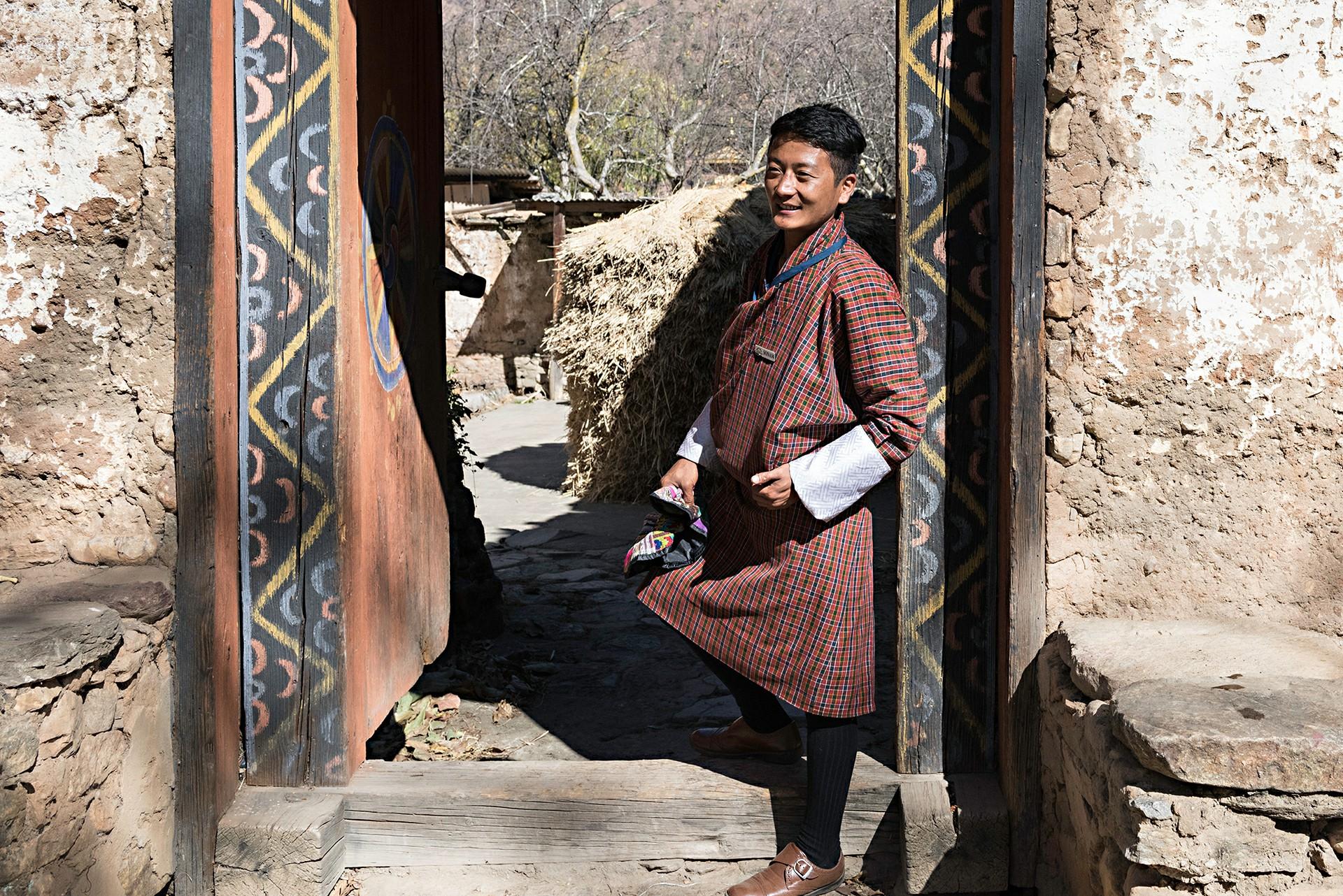Bután practica un turismo sustentable. Para poder viajar al reino es necesario obtener un permiso y contratar un paquete con todo incluido (hotelería, traslados, comidas y guía), cuyo valor ronda entre los USD 200 y USD 250 por persona y por día. Los guías hablan un inglés impecable, son jóvenes muy amables y gentiles, como es el caso de Sonam, quién nos acompañó siempre sonriente como en la foto