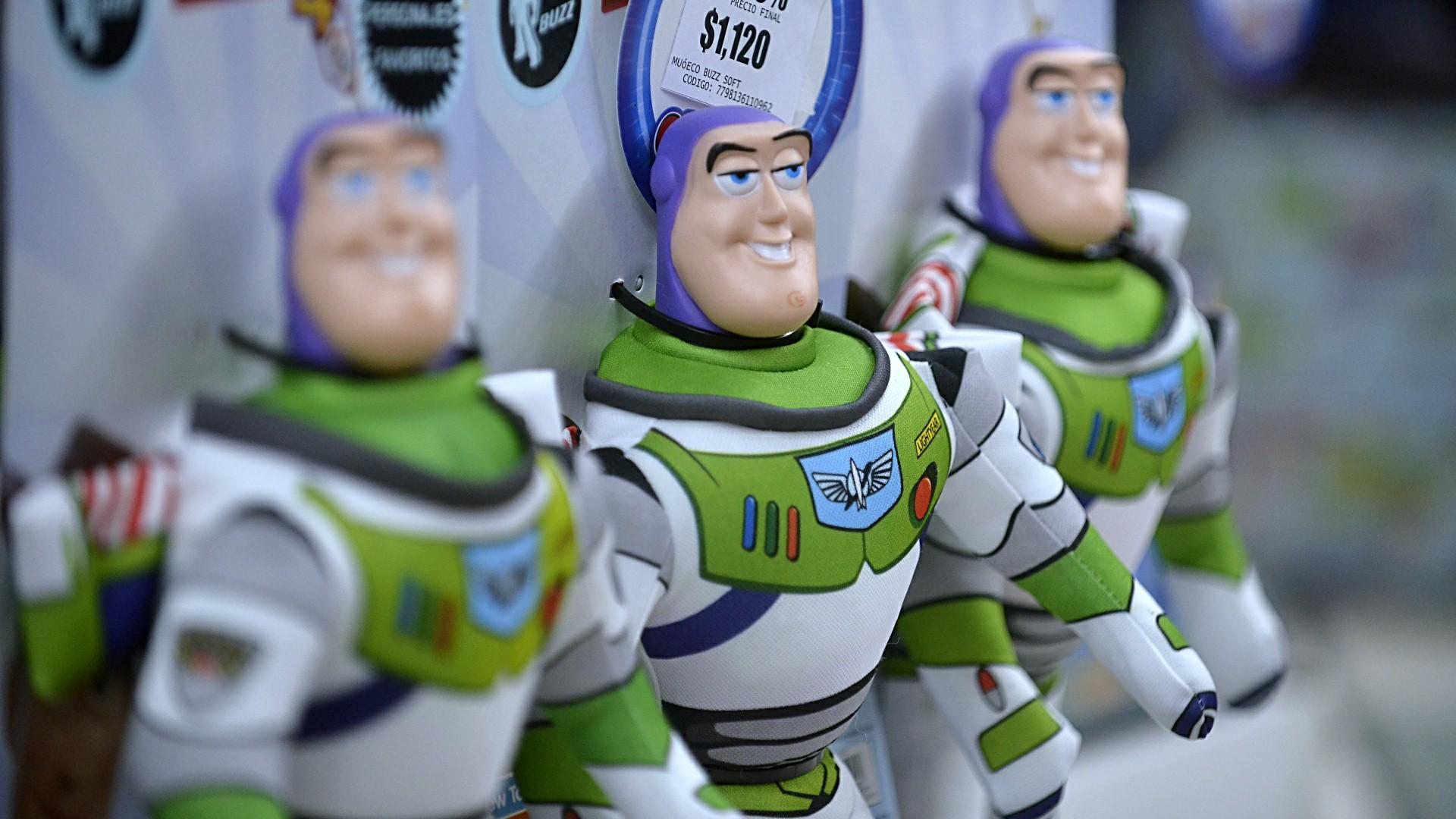 Buzz Lightyear, guardían del espacio que junto a Woody y sus amigos marcaron la infancia de varias generaciones -la actual inclusive- a partir de la saga Toy Story, se pudo adquirir a precio promocional