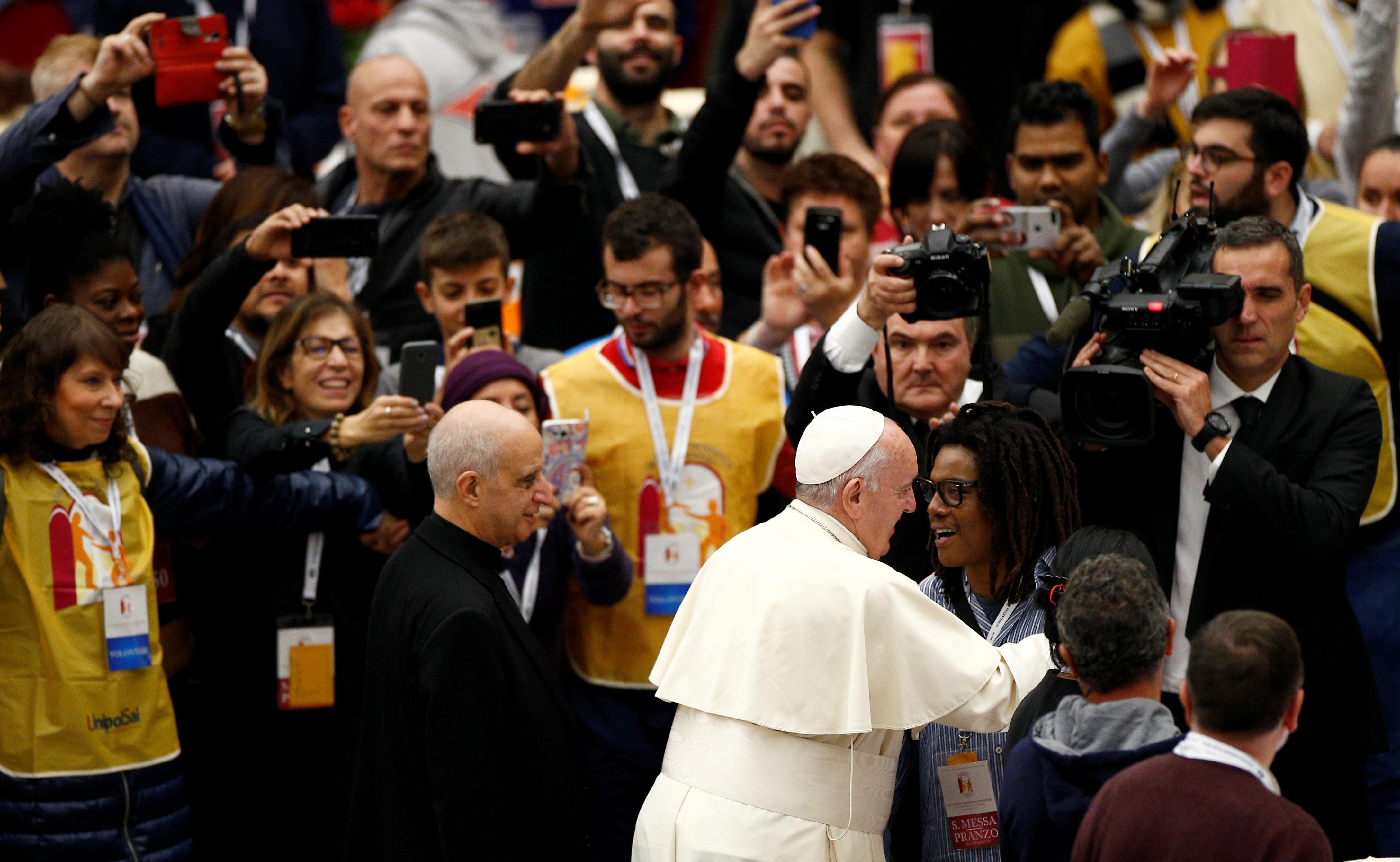 Rodeado de voluntarios, Francisco dedicó tiempo a todos los asitentes