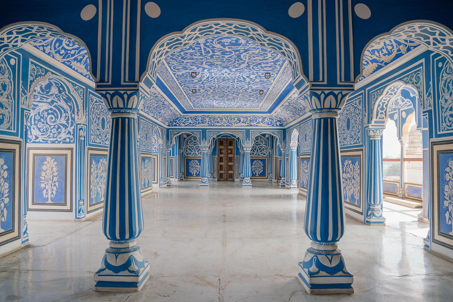 La arquitectura del palacio supone una mezcla de la arquitectura tradicional de Rajastán con la arquitectura mongol, recordándonos así el pasado glorioso del lugar