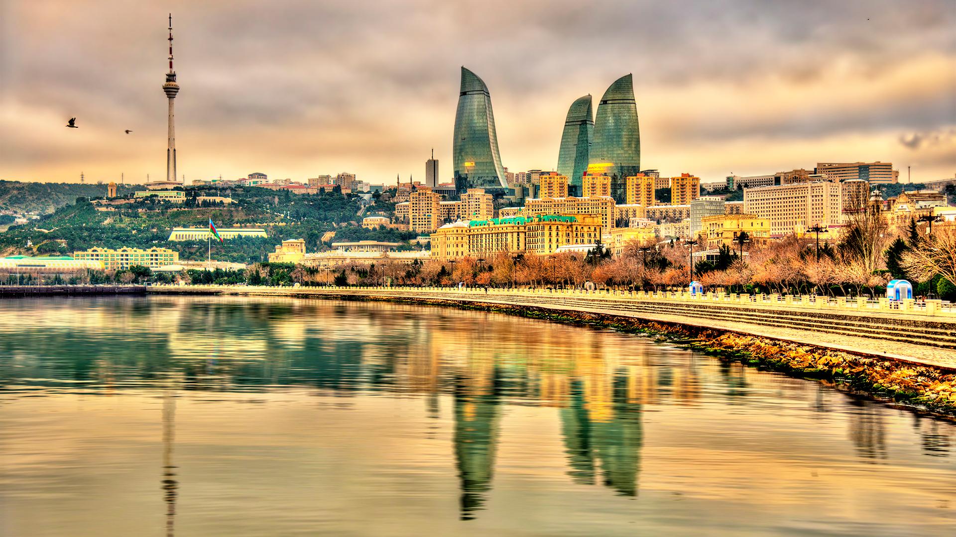 La ciudad amurallada de Bakú, que se remonta al siglo XII, es Patrimonio de la Humanidad por la UNESCO. También hay muchas actividades al aire libre, como el Parque Nacional Absheron y volcanes de lodo