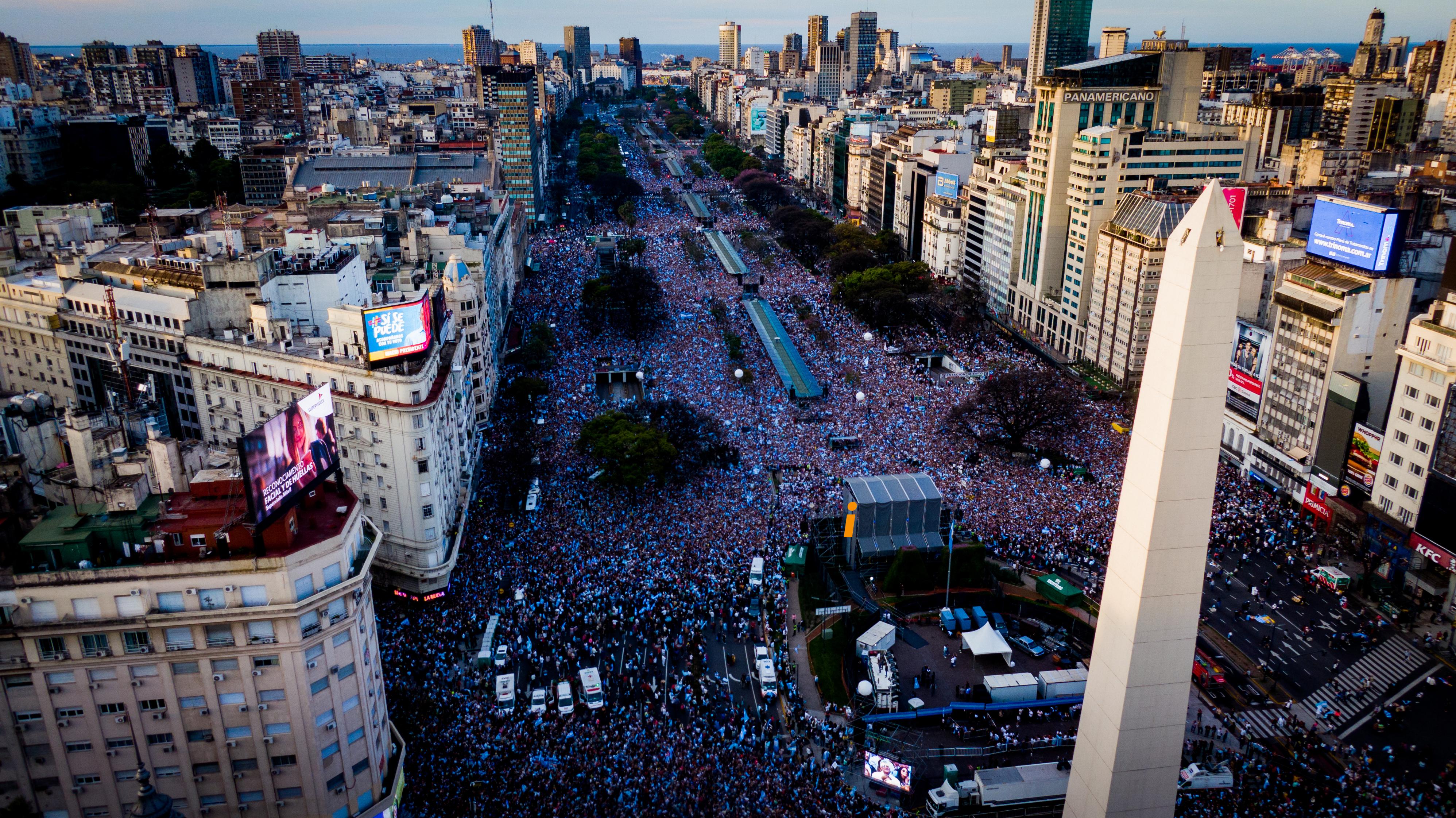 Vista de la multitud en la Avenida 9 de Julio desde el drone de Infobae