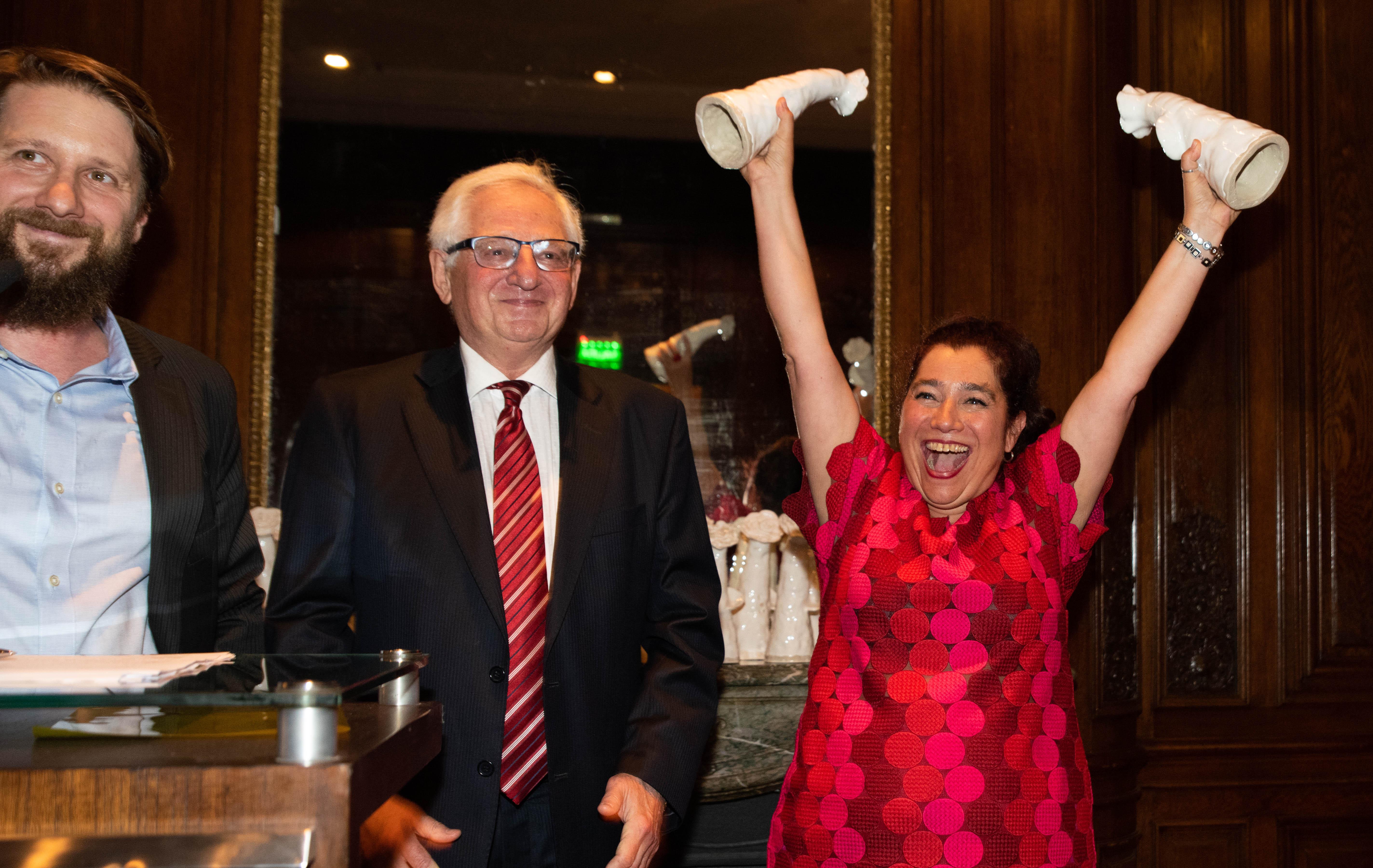 La alegría de Mariela Ivanier durante la ceremonia de entrega de premios, acompañada por Hugo Ivanier