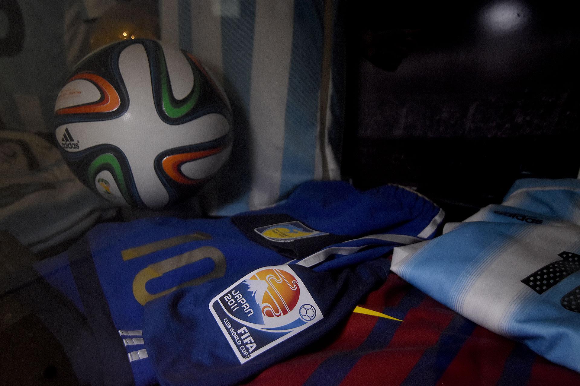 Pelota Adidas Brazuca (Mundial 2014), short azul alternativo de la Selección y la camiseta del Barcelona que usó en el Mundial de Clubes 2011 (Nicolas Stulberg)