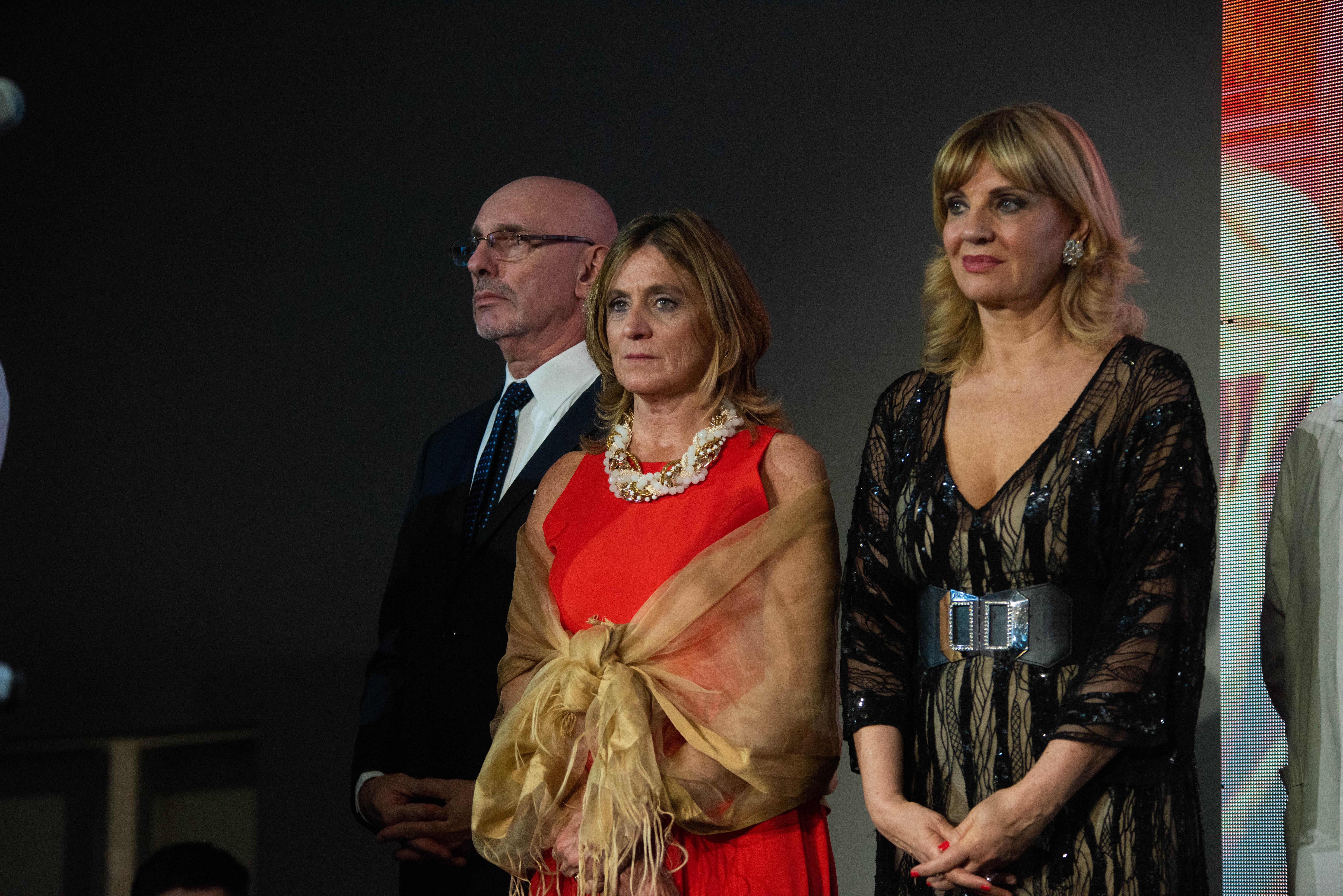 Los conductores de la velada, Eduardo Gálvez y Teté Coustarot, junto a la presidente de COAS, Josefina González Guerrico