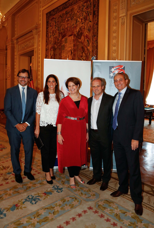 Gaston Remy, CEO de Vista Oil & Gas, y Dolores Fernández Lobbe, gerente general de Walmart Argentina, junto a MaryKay Carlson, Roberto Alexander y Alejandro Díaz