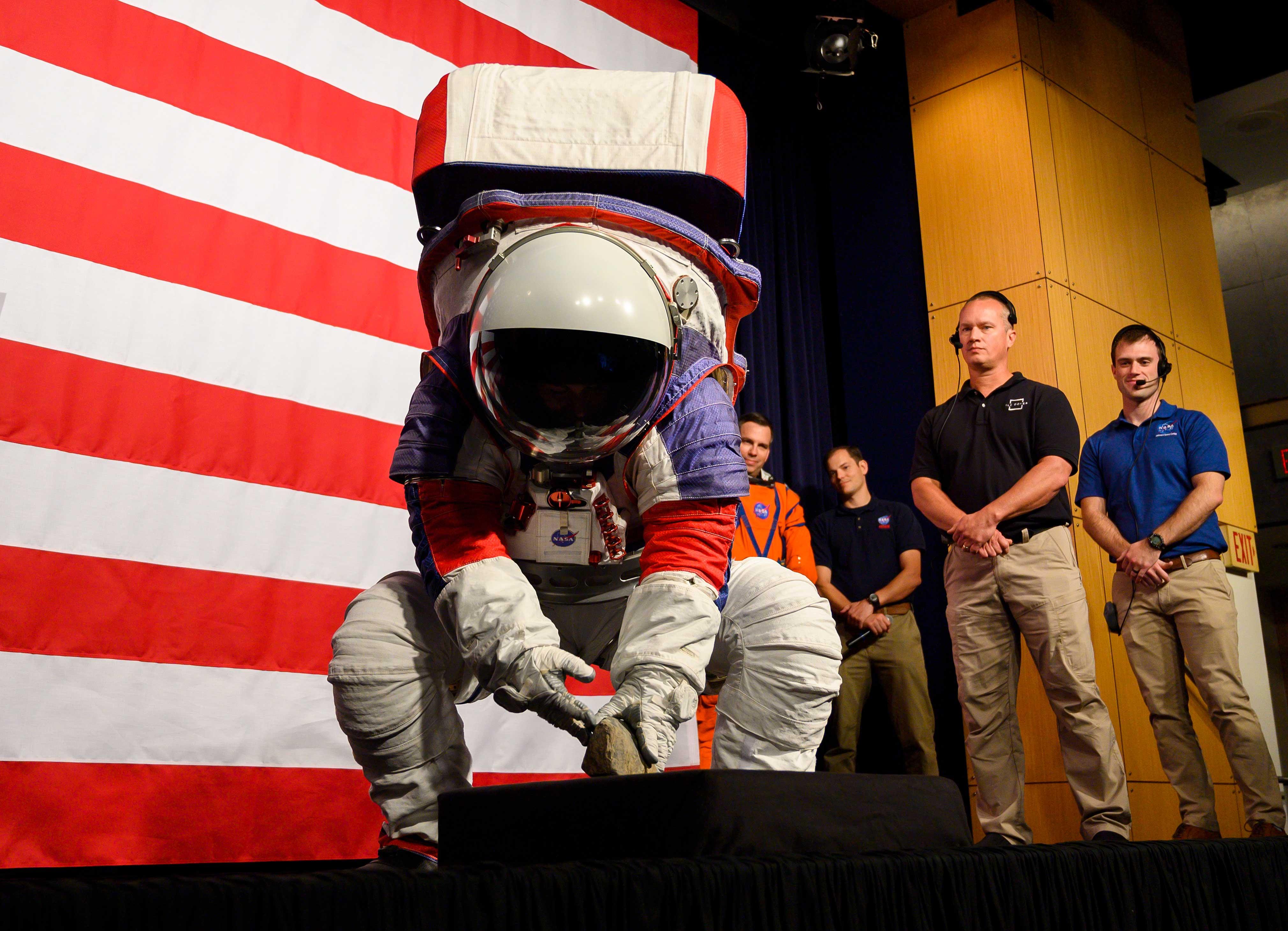 Y como ha demostrado la ingeniera Kristine Davis, los astronautas tendrán mucha más libertad de movimiento: podrán alzar los brazos por encima de la cabeza, lo que no era posible con los trajes Apollo; también podrán agacharse fácilmente para recoger rocas lunares, sin arriesgarse a perder el equilibrio y caer (AFP)