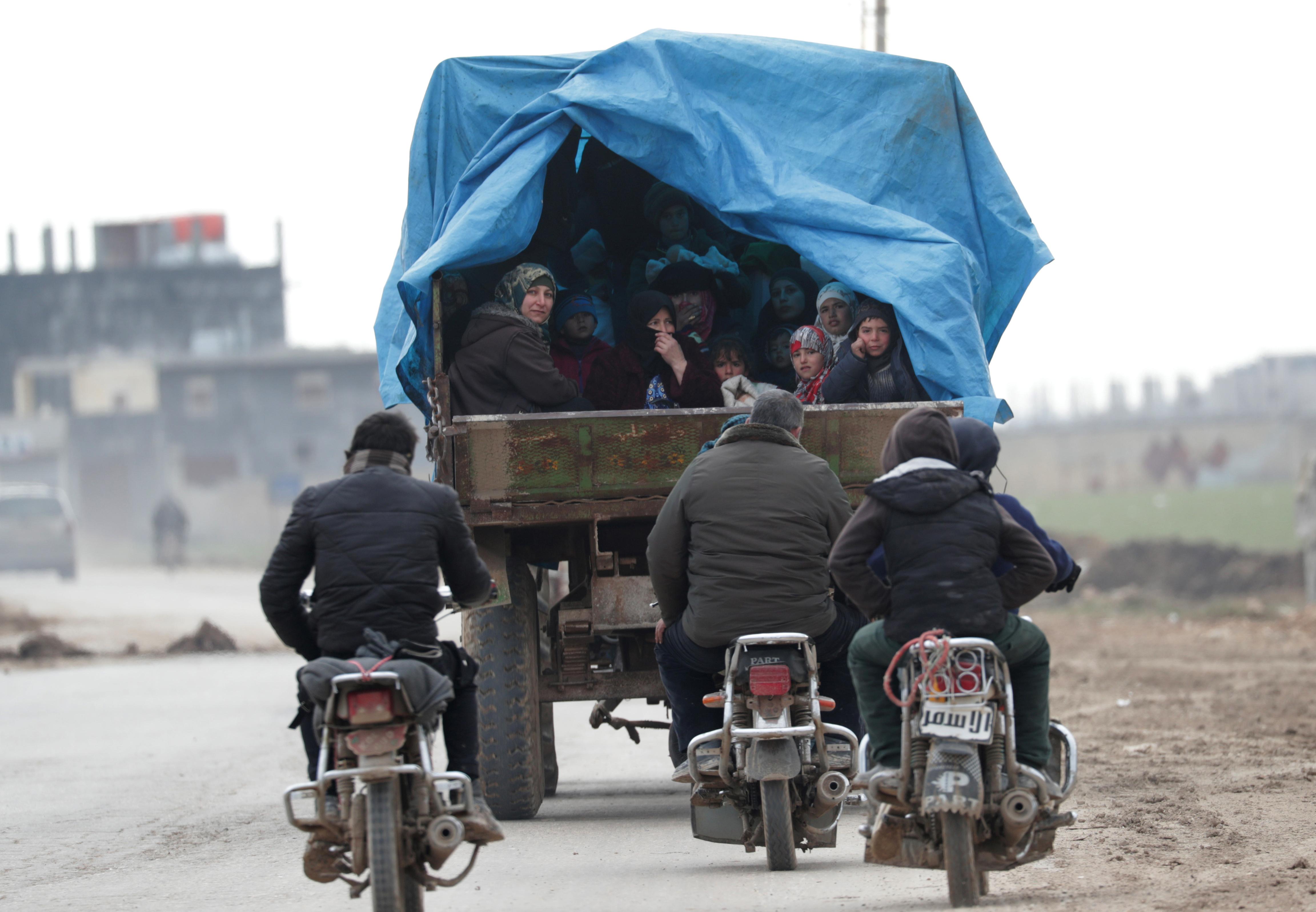 Las personas se dirigen en su mayoría hacia el norte y la frontera con Turquía, evitando el su controlado por el régimen sirio