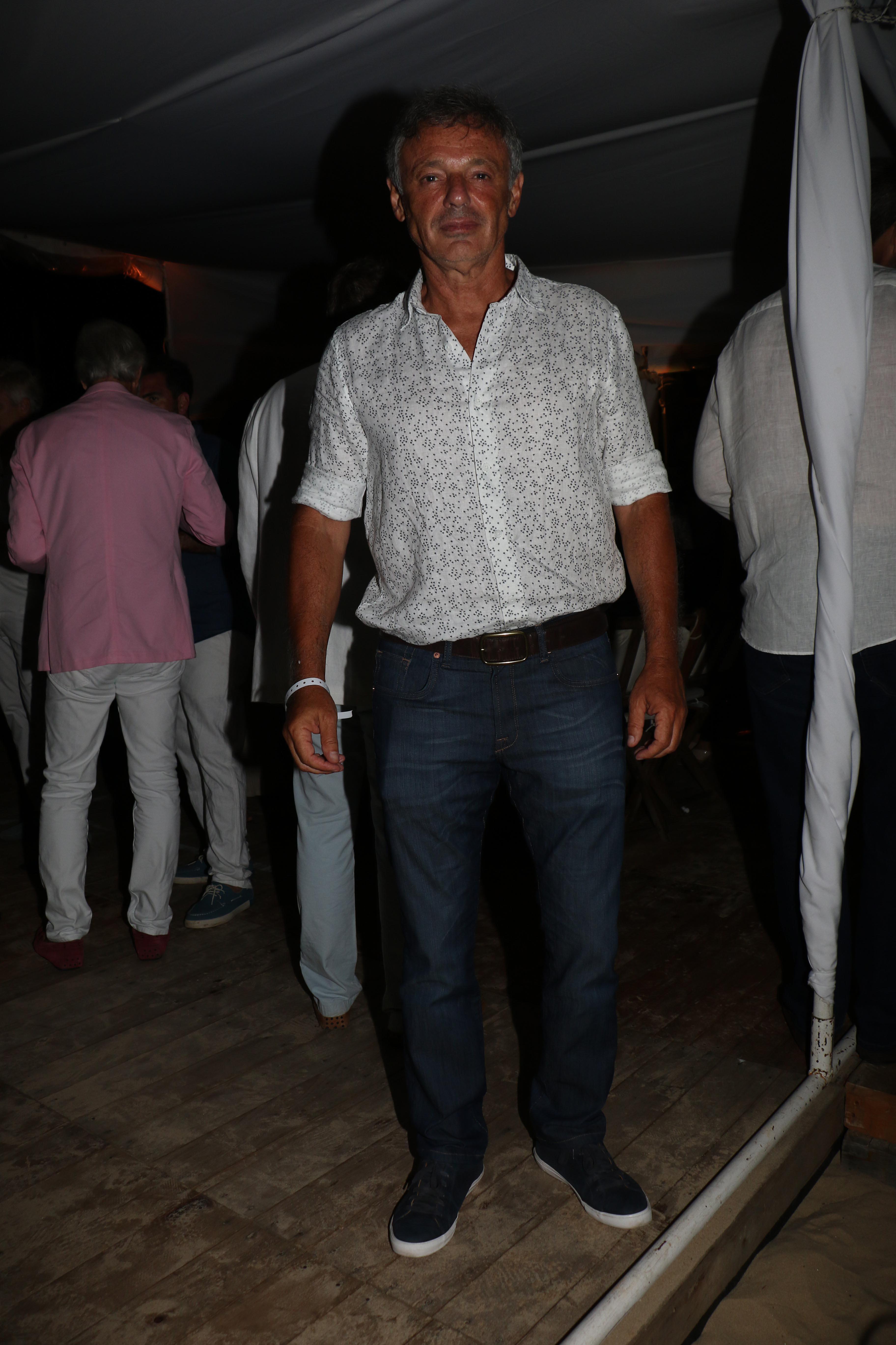 Jeans, zapatillas y camisa de estampa de verano para Francisco Cabrera