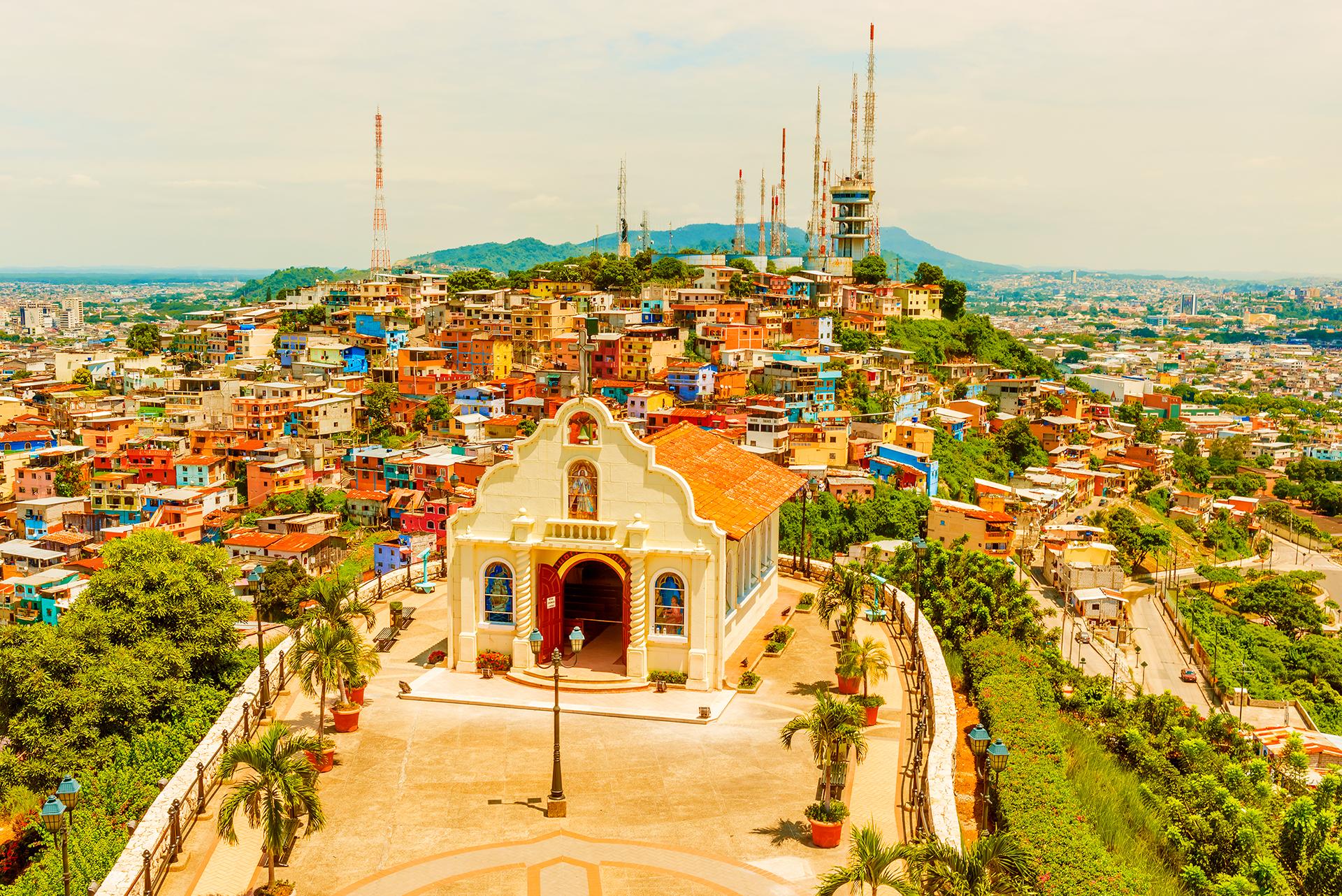 Guayaquil no es solo el corazón comercial de Ecuador, sino una ciudad vibrante y en expansión, cada vez más segura. Media docena de rascacielos le dan un perfil de gran ciudad, y varias laderas están envueltas por coloridas favelas, pero es el malecón del río Guayas (la plaza del pueblo) que define la identidad de la ciudad