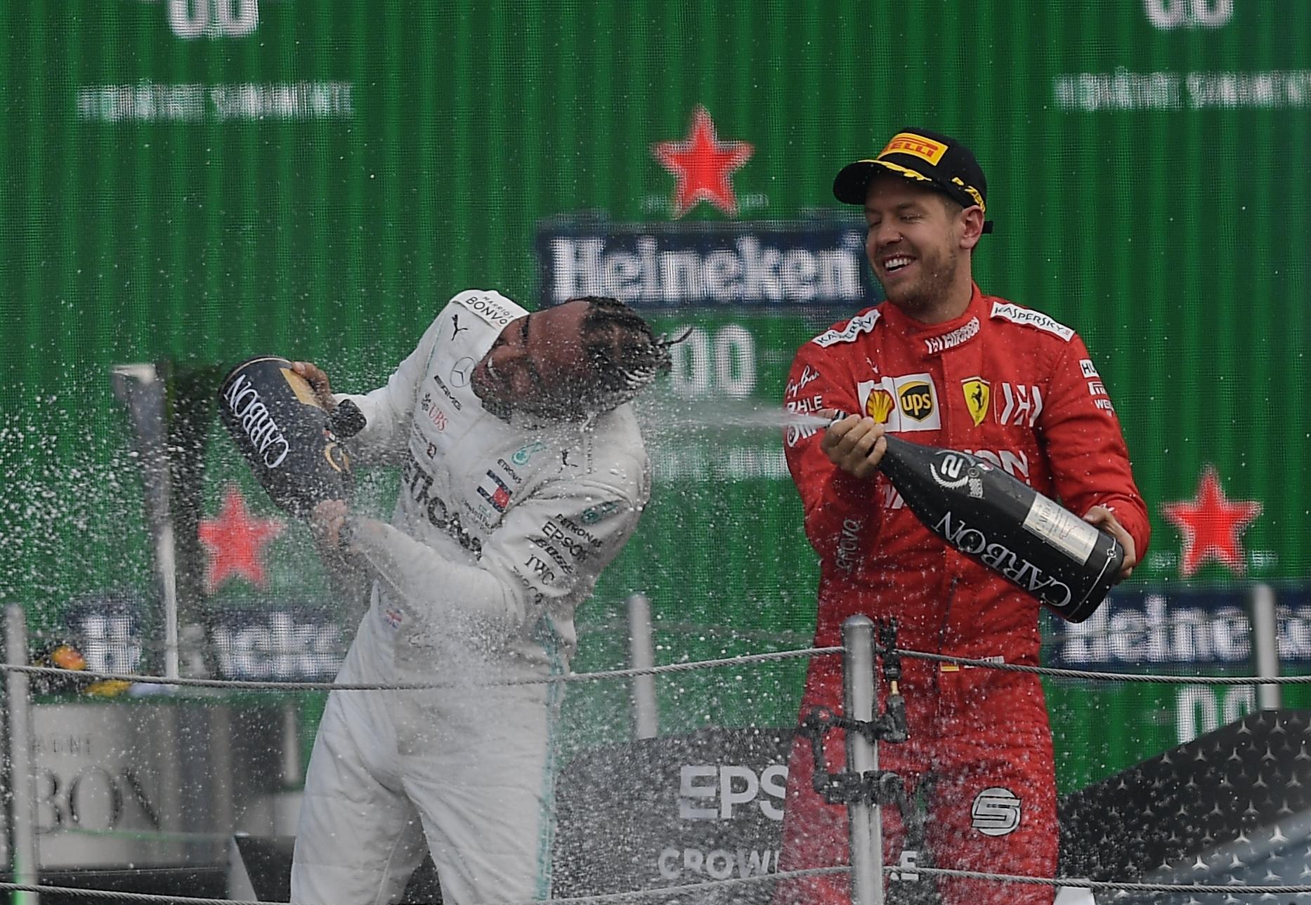 Lewis Hamilton y Sebastian Vettel celebraron compartir el podio en el Gran Premio de México de la Fórmula 1 en el Autódromo Hermanos Rodríguez (Foto: RODRIGO ARANGUA / AFP)