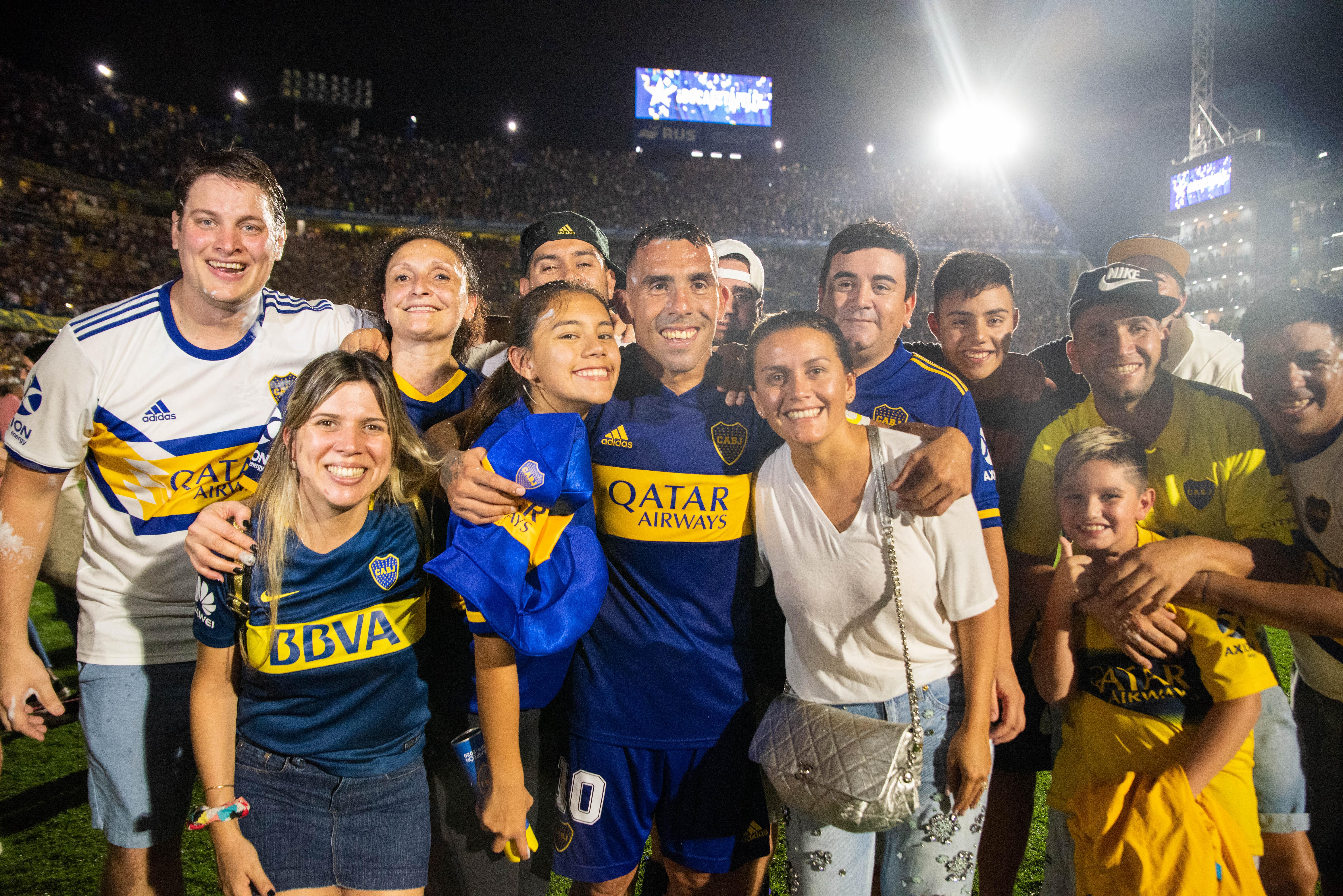 Tevez y su familia en la Bombonera (Franco Fafasuli)